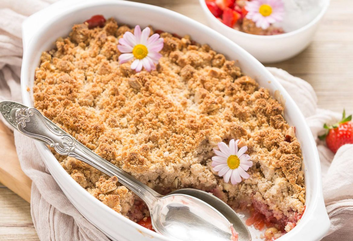 #vegan glutenfree rhubarb strawberry crisp with almonds and hazelnuts ricetta crumble di fragole e rabarbaro vegan senza glutine con mandorle e nocciole