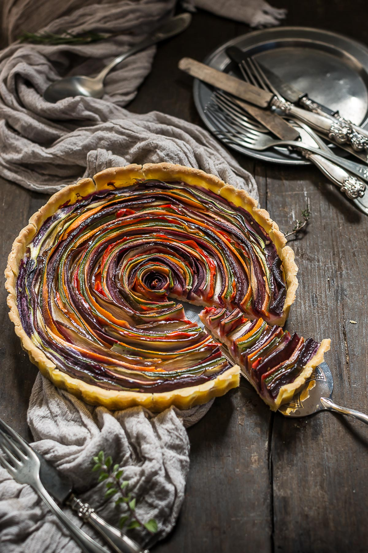 torta salata di verdure a spirale senza glutine senza uova senza burro #vegan | vegan #glutenfree vegetable spiral tart photography