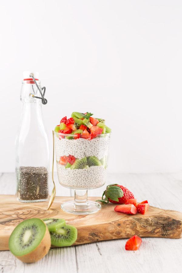 vegan simple CHIA SEED PUDDING basic recipe with strawberry CHIA PUDDING ricetta base BUDINO di SEMI di CHIA vegan senza glutine alle fragole