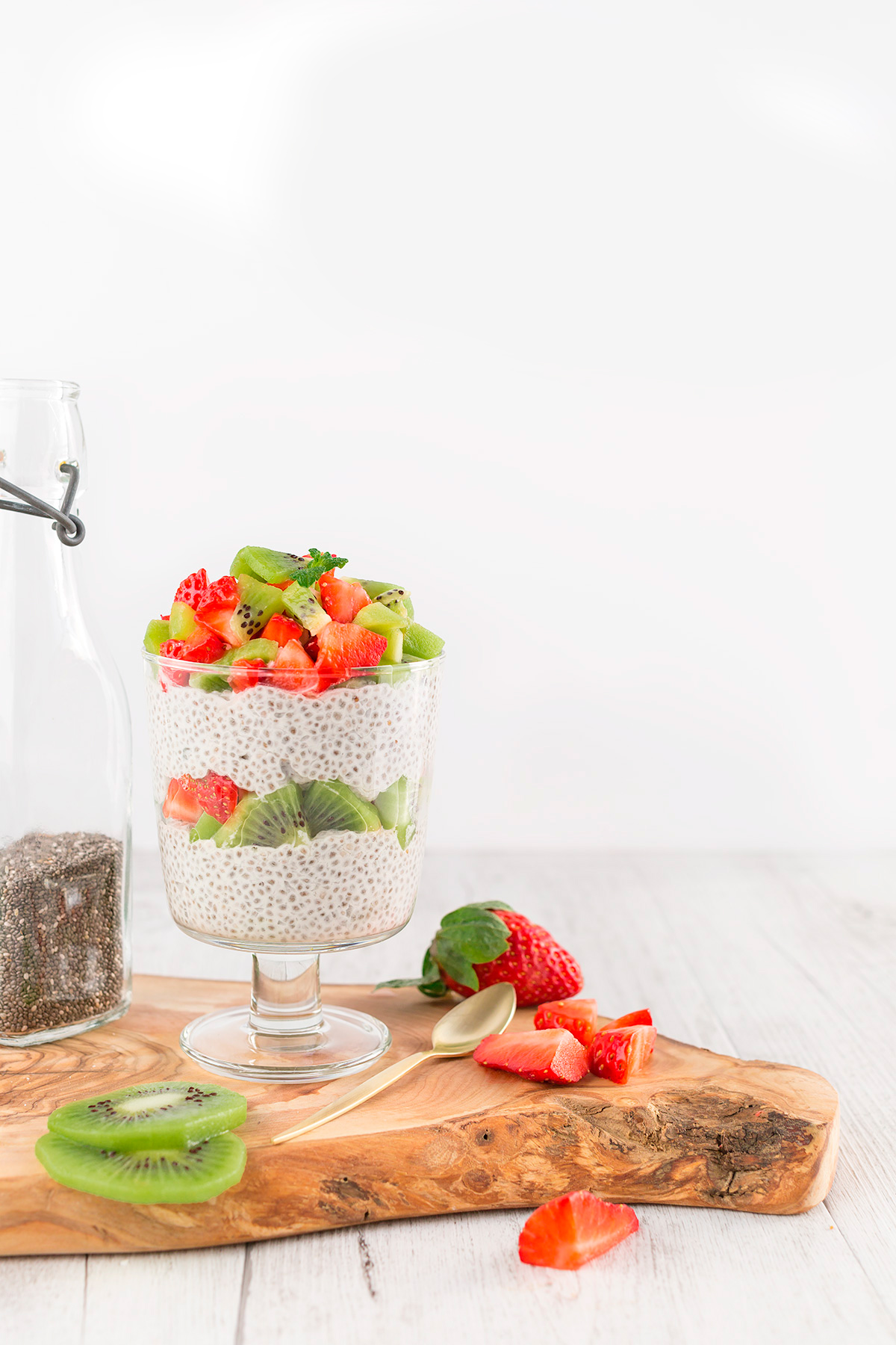 vegan simple CHIA SEED PUDDING basic recipe with strawberry CHIA PUDDING ricetta base BUDINO di SEMI di CHIA #vegan senza glutine alle fragole