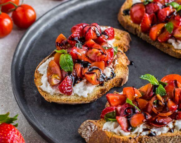 BRUSCHETTE FRAGOLE e POMODORINI all'ACETO BALSAMICO – vegan senza glutine
