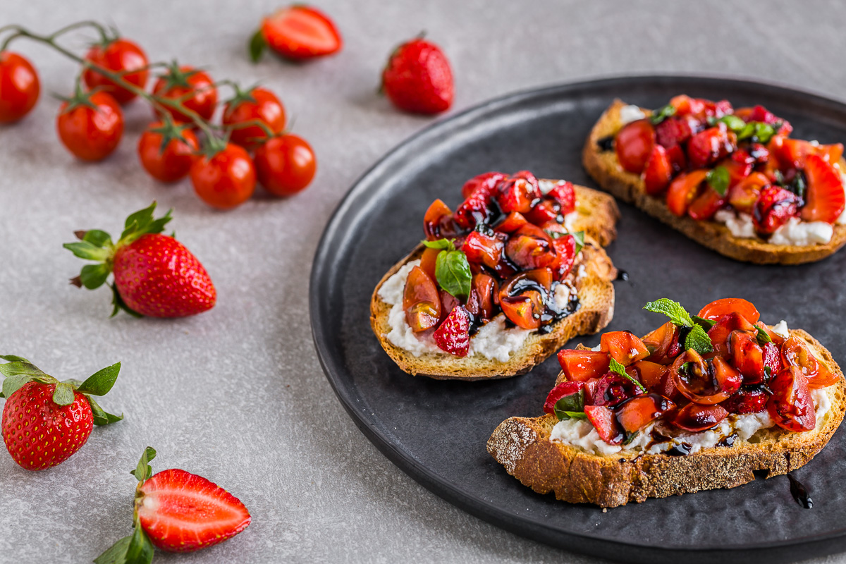 STRAWBERRY TOMATO BALSAMIC BRUSCHETTA with ricotta cheese #glutenfree -bruschette FRAGOLE e POMODORINI all'aceto balsamico #vegan #senzaglutine con ricotta #glutenfree #strawberry #tomato #balsamic #bruschetta
