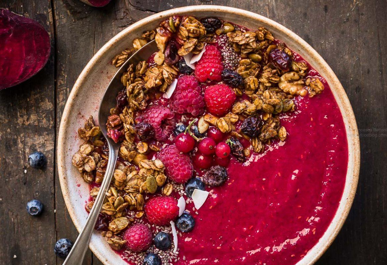 beet smoothie bowl with pumpkin granola - smoothie bowl alla barbabietola #smoothiebowl #beet #vegan #glutenfree