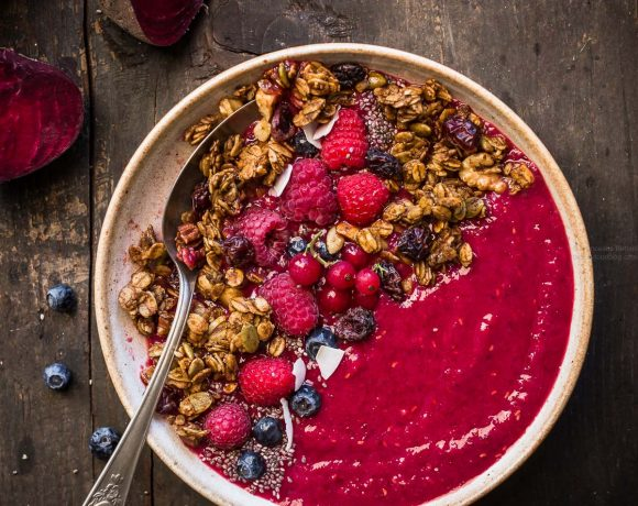 beet smoothie bowl with pumpkin granola - smoothie bowl alla barbabietola #smoothiebowl #beet #vegan #glutenfree