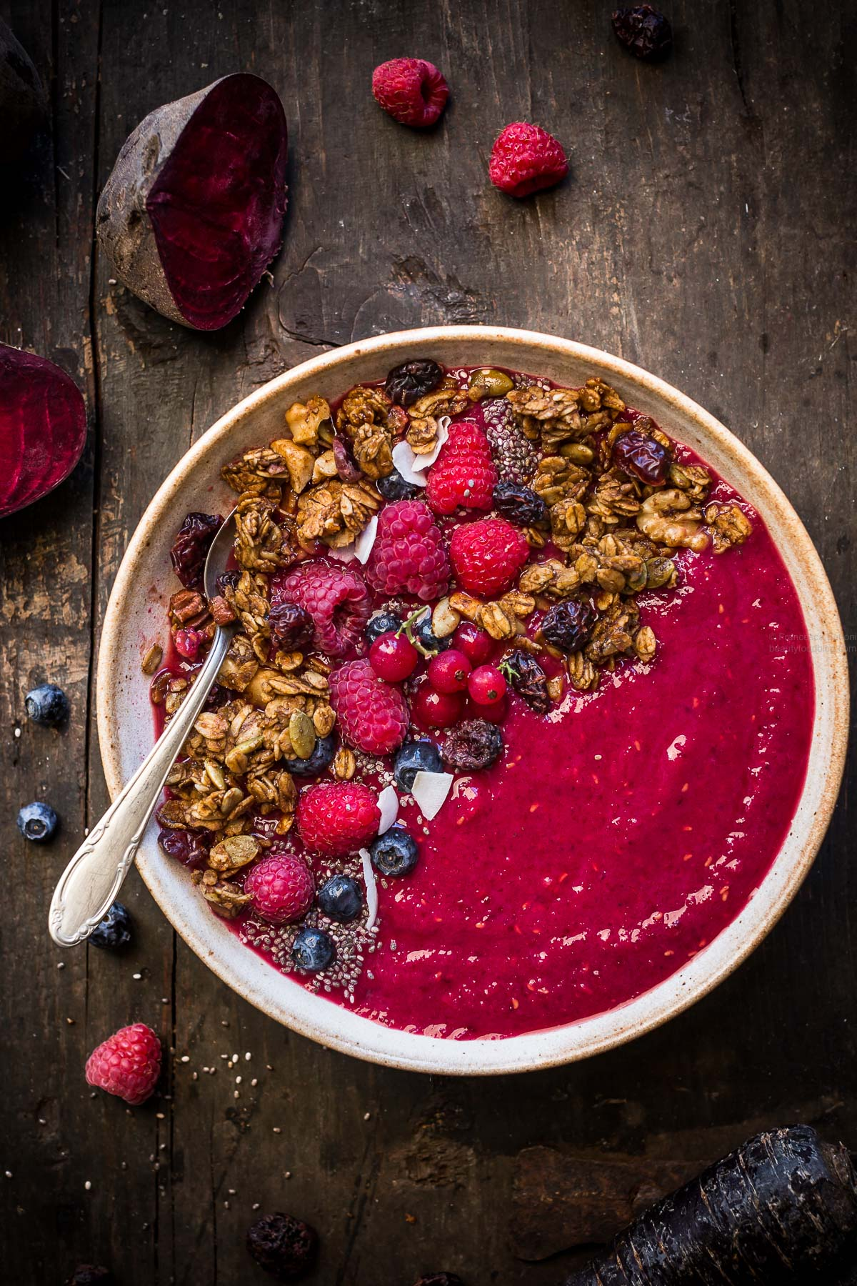 vegan beet smoothie bowl with pumpkin granola - detox smoothie bowl alla barbabietola #beet #smoothiebowl #glutenfree #vegan #granola