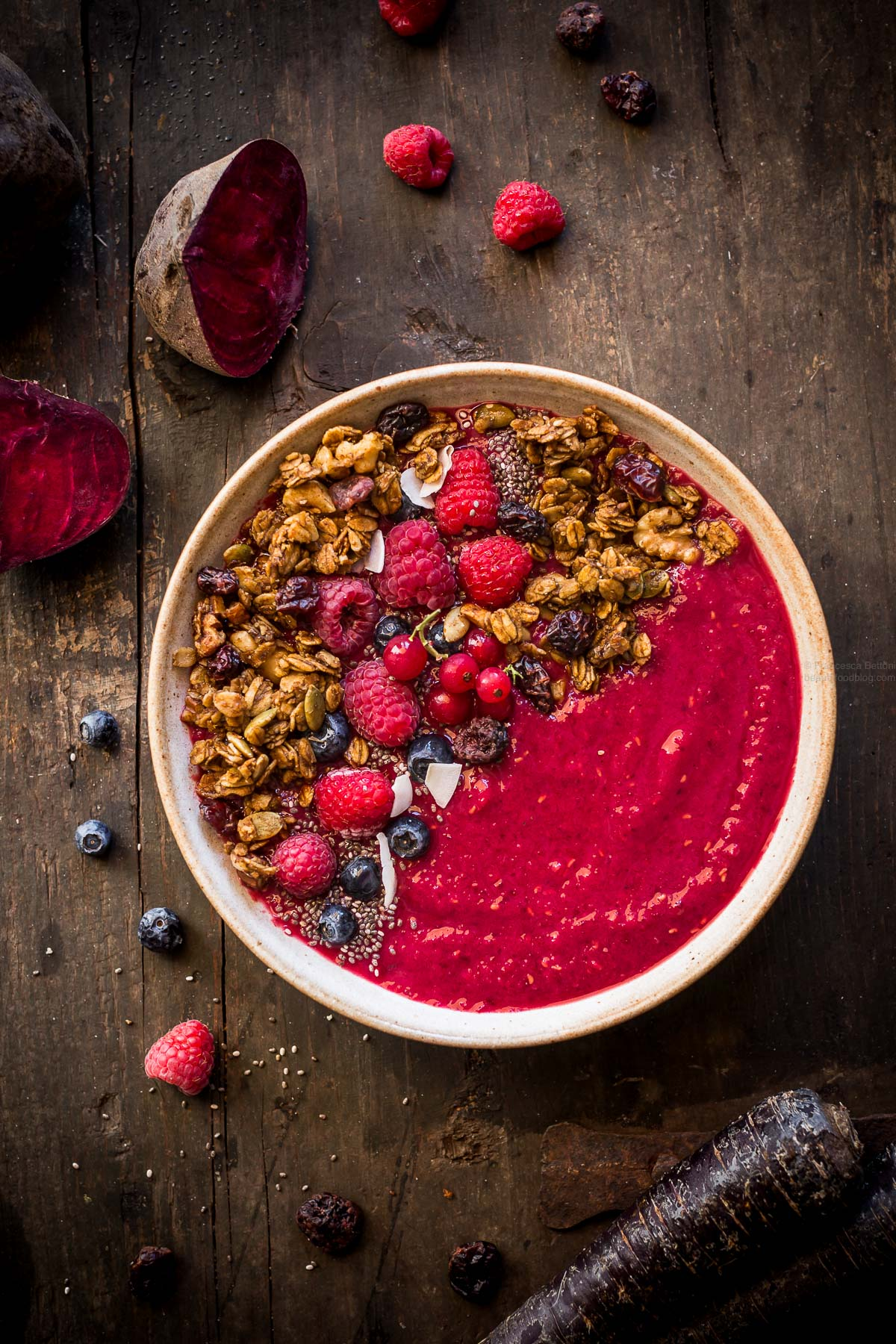 vegan beet smoothie bowl with pumpkin granola - detox smoothie bowl alla barbabietola #beet #smoothiebowl #glutenfree #vegan #granola