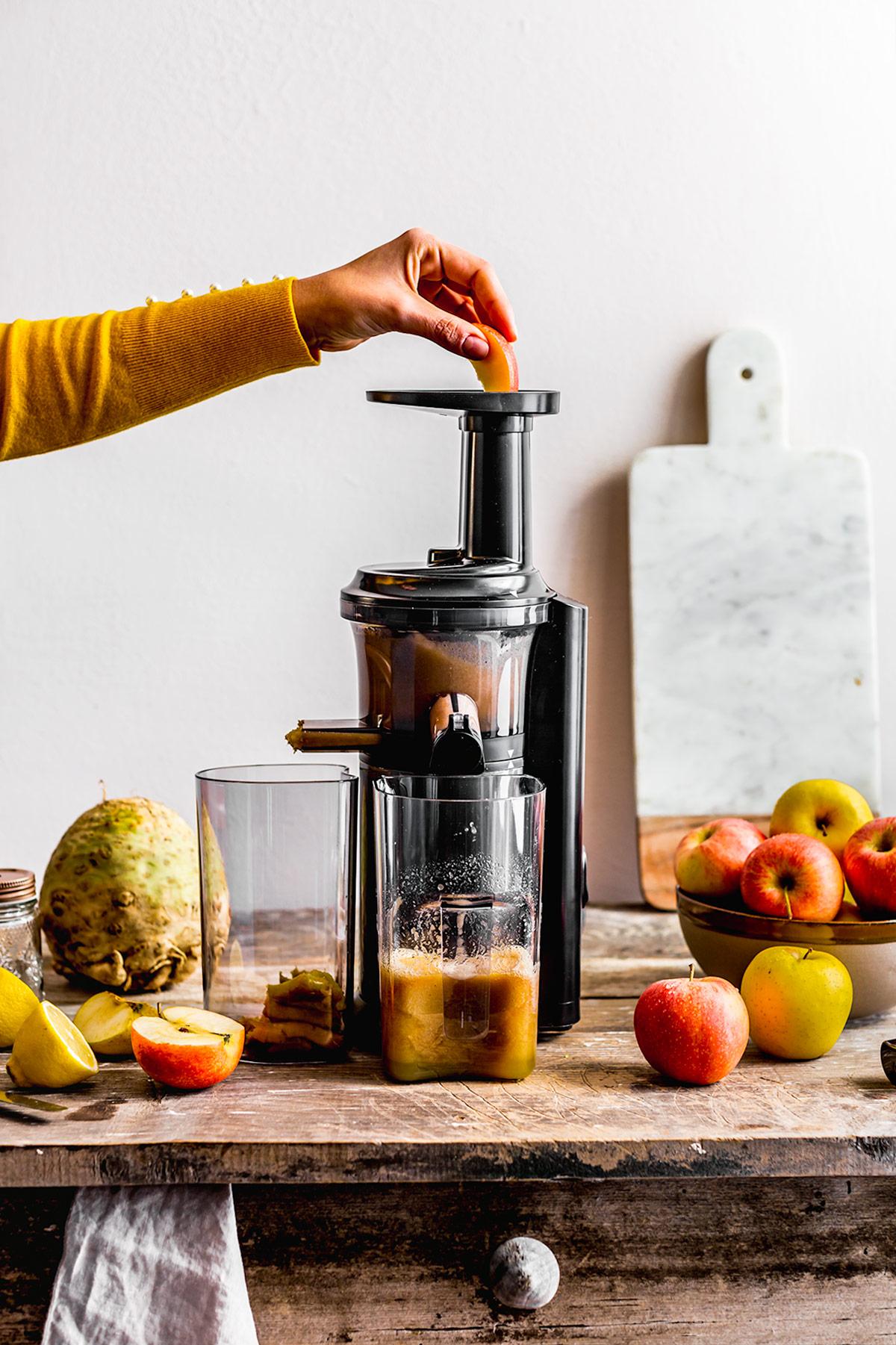 Vegan Waldorf Risotto glutenfree Apple Celeriac Risotto estratto di mela ricetta RISOTTO alle MELE e SEDANO RAPA con noci vegan senza glutine slow juicer apple juice