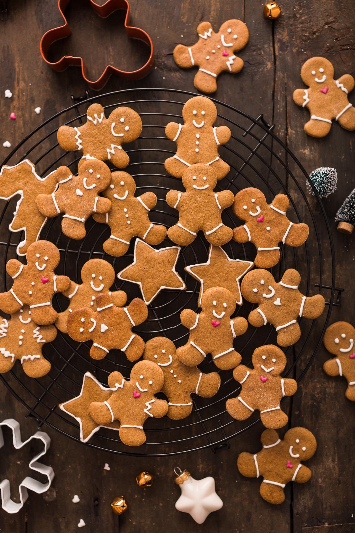 delicious vegan gingerbread man vegani - biscotti pan di zenzero vegani croccanti leggeri e friabili #vegan #gingerbread man cookies biscotti di Natale Xmas #cookies
