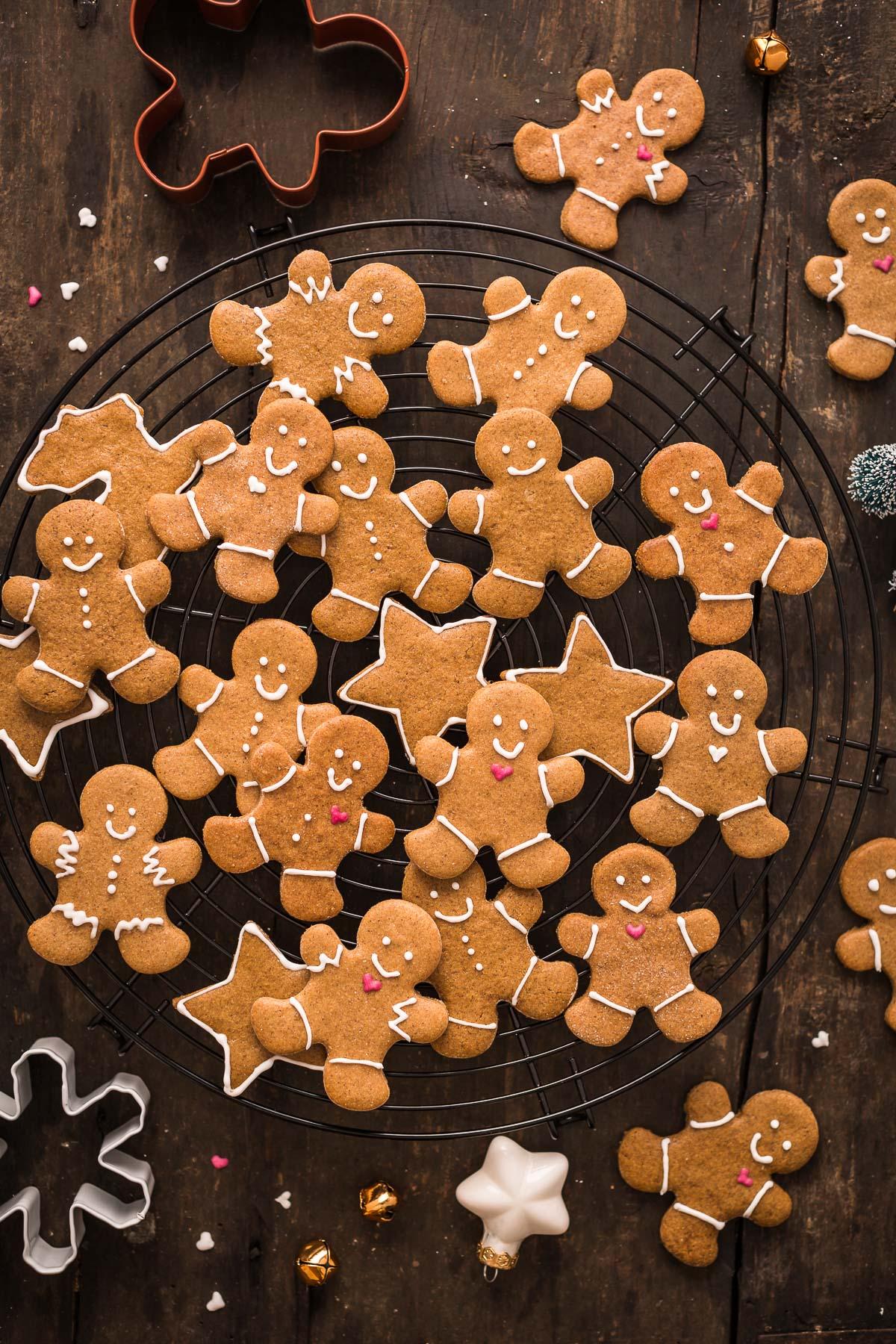 delicious vegan gingerbread man vegani - biscotti pan di zenzero vegani croccanti leggeri e friabili #vegan #gingerbread man cookies #biscotti natale