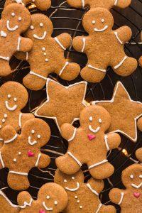 vegan gingerbread man light and crispy - biscotti pan di zenzero vegani croccanti e friabili #vegan gingerbread