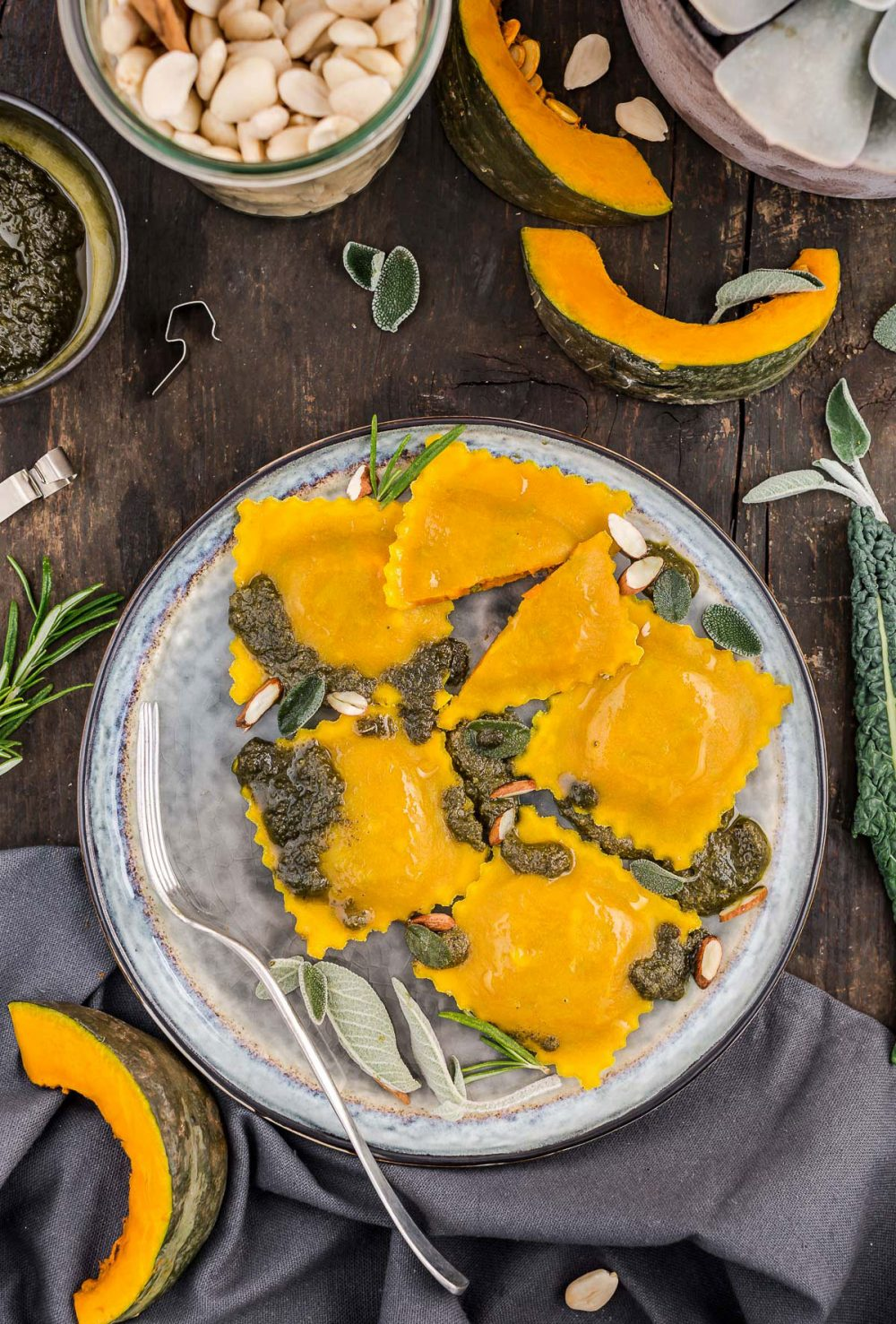 RAVIOLI al VAPORE alla CURCUMA con ZUCCA e PESTO di SALVIA – Vegan Senza Glutine