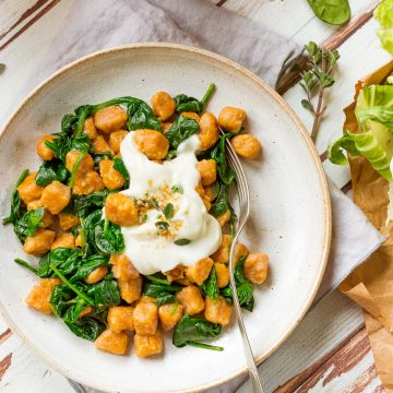 vegan SWEET POTATO GNOCCHI with CAULIFLOWER SAUCE and spinach GNOCCHI DI PATATE DOLCI VEGAN di farro integrale con SALSA di CAVOLFIORE ricetta #sweetpotato #vegan #cauliflower #gnocchi