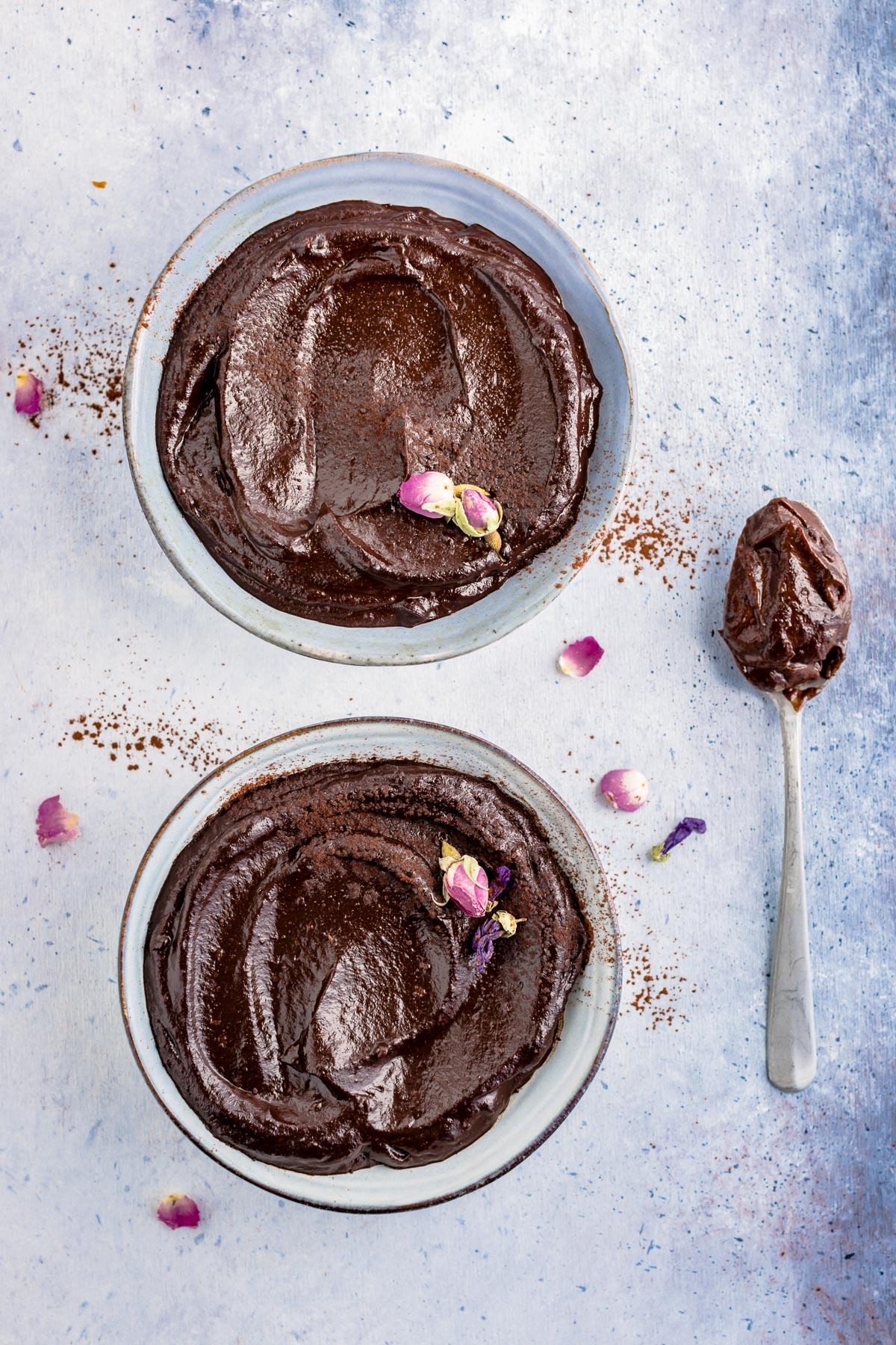 decadent vegan CHOCOLATE AVOCADO DATE MOUSSE recipe with coffee glutenfree ricetta MOUSSE AVOCADO CACAO e DATTERI al cioccolato e caffe senza glutine senza zucchero senza lattosio