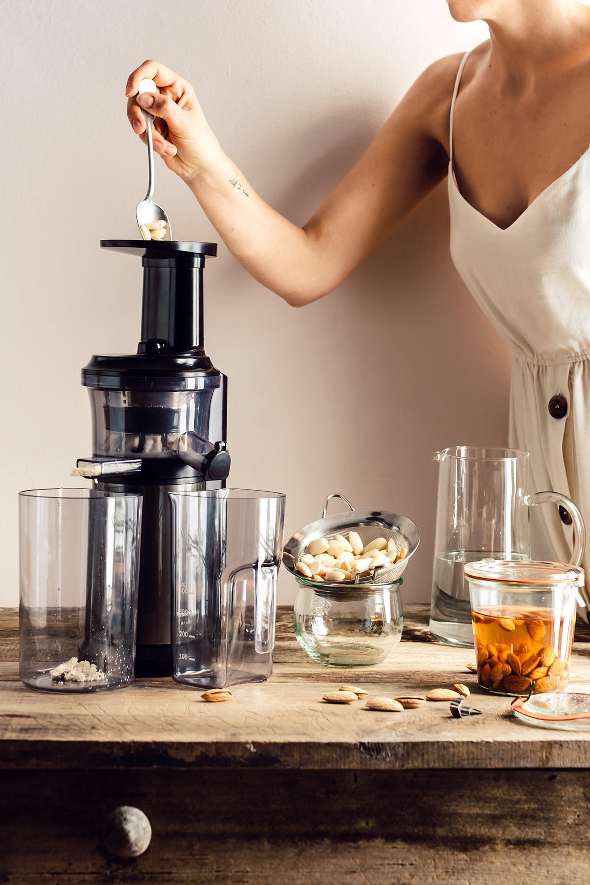 come preparare il LATTE di MANDORLE fatto in casa vegan senza lattosio con estrattore How to make homemade ALMOND MILK dairyfree milk recipe 2 ingredients