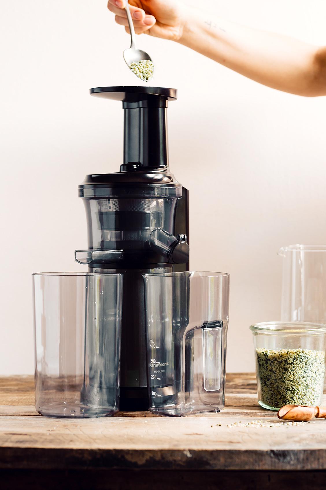 how to make vegan glutenfree HEMP MILK recipe dairyfree come fare il LATTE DI CANAPA fatto in casa con estrattore 2 ingredienti cremoso leggero glutine senza lattosio