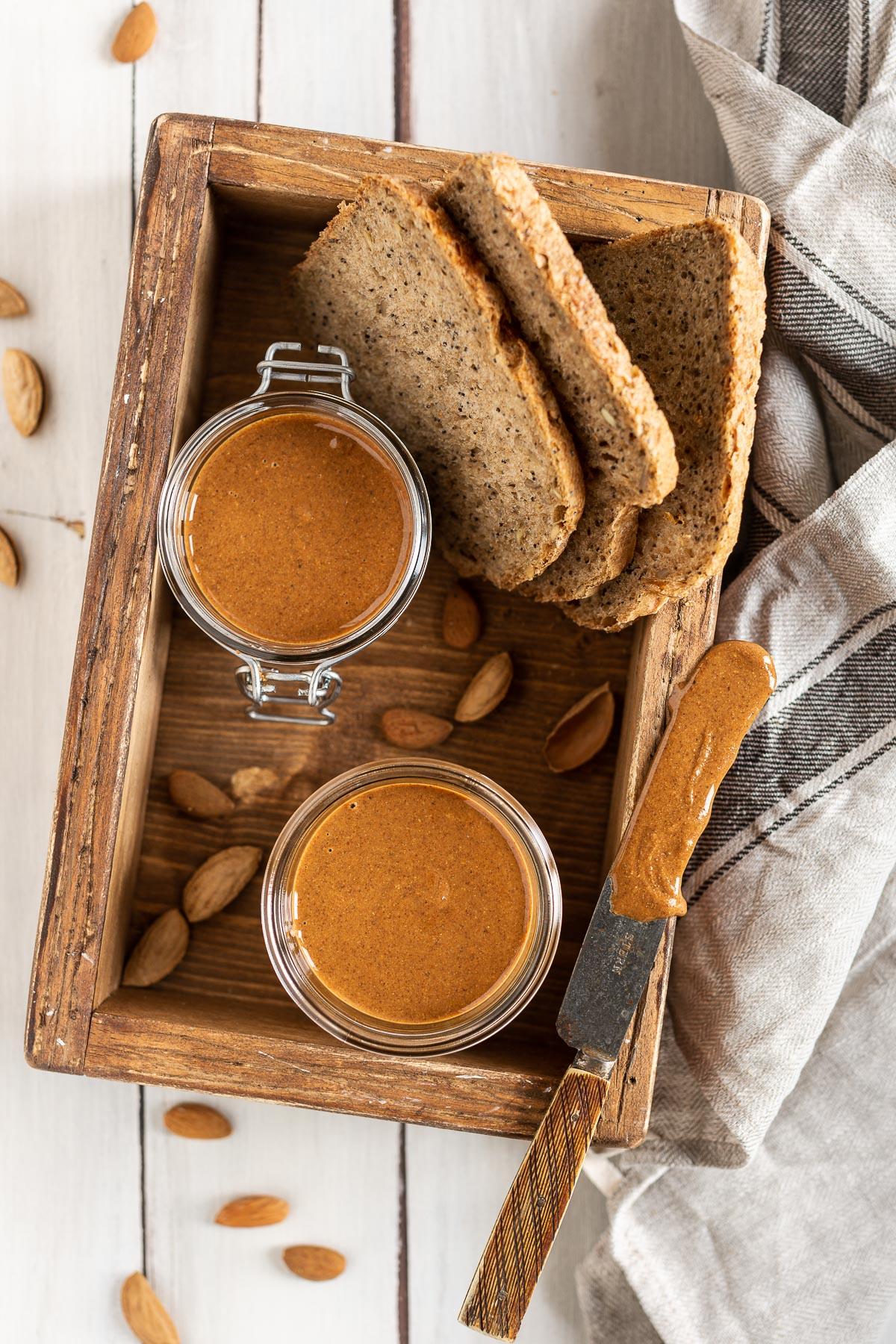 Homemade activated ALMOND BUTTER #vegan strawberry almond butter toast ricetta BURRO di MANDORLE attivate disidratate fatto in casa colazione TOAST con fragole