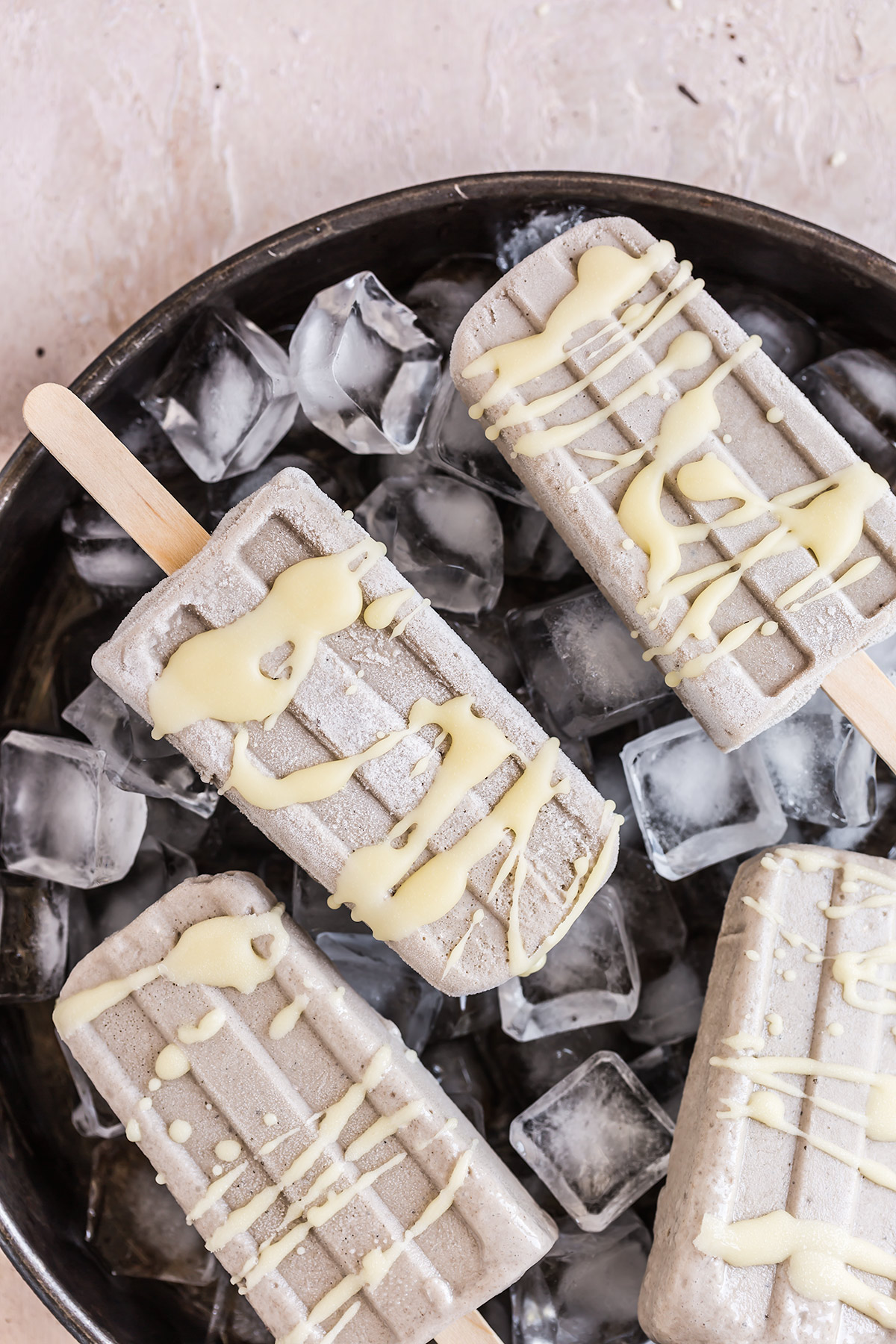 Nice cream alla banana e tahina senza gelatiera e glassa al cioccolato bianco banana tahini popsicles nice cream with white chocolate glaze