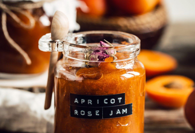refined sugar free APRICOT JAM recipe with maple syrup and Damascena Rose #vegan ricetta marmellata CONFETTURA di ALBICOCCHE e sciroppo d acero alle rose di Damasco senza zucchero raffinato