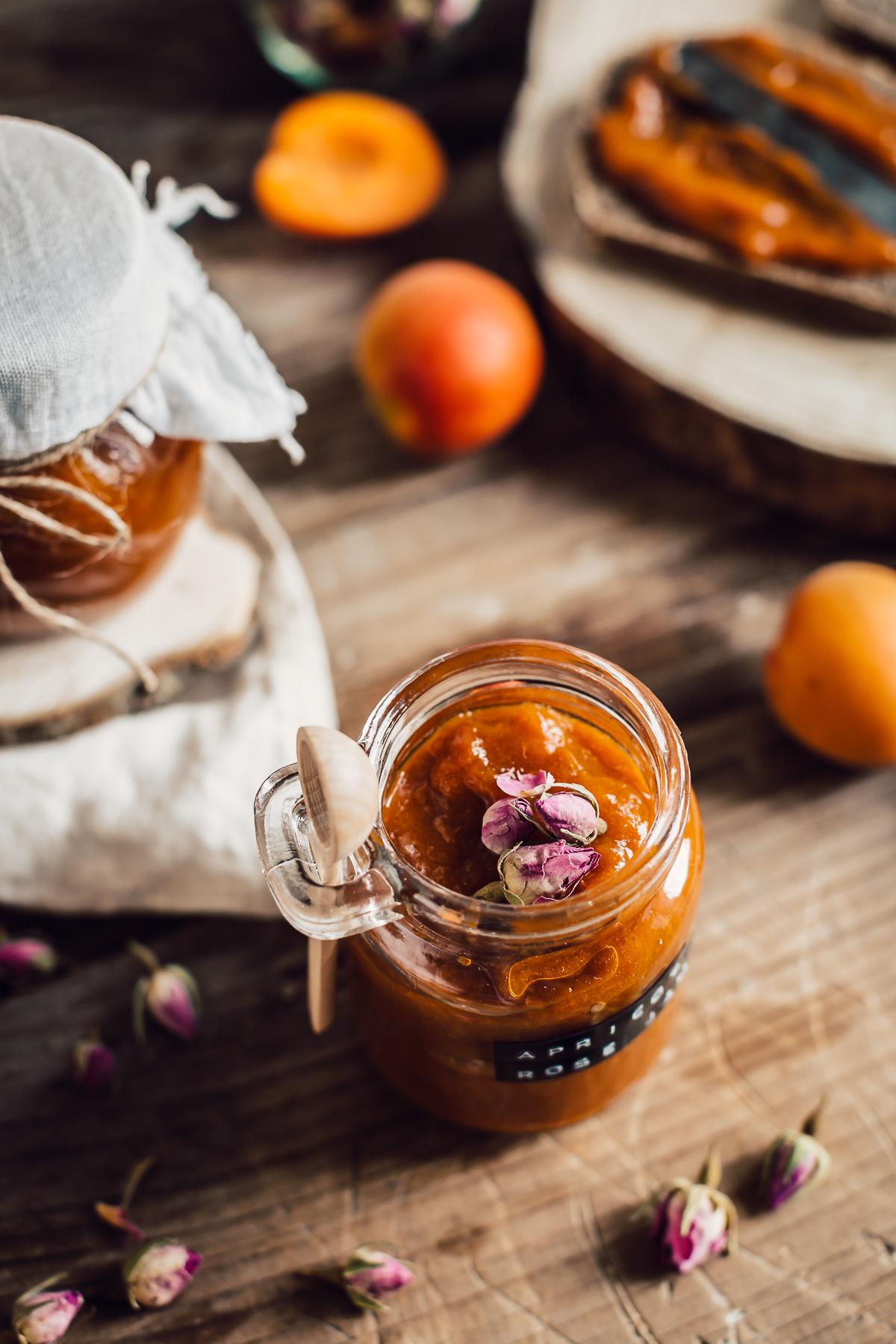 refined sugar free APRICOT JAM with maple syrup and Damascena Rose ricetta CONFETTURA di ALBICOCCHE e sciroppo d acero alle rose di Damasco senza zucchero raffinato ricetta #vegan