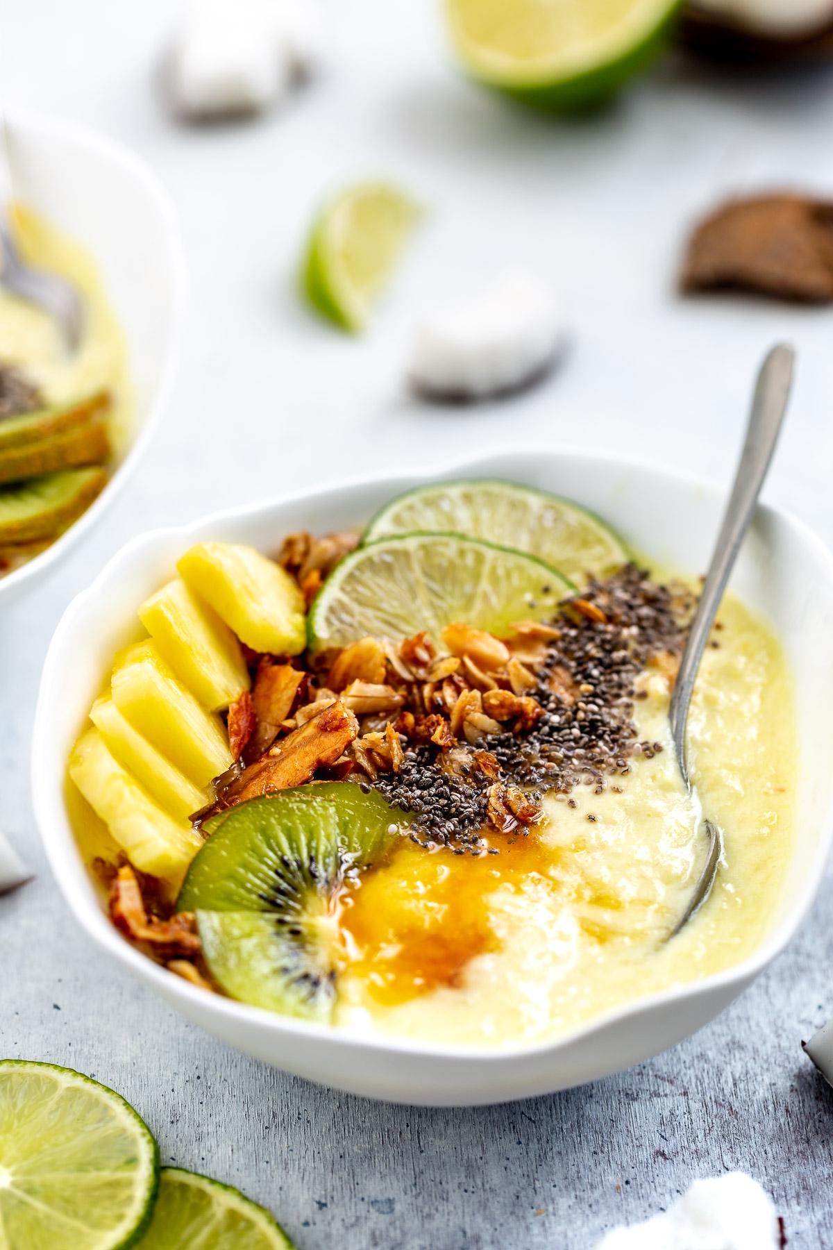 #vegan #paleo creamy COCONUT PINEAPPLE SMOOTHIE BOWL recipe PINA COLADA smoothie bowl | ricetta SMOOTHIE BOWL COCCO e ANANAS vegan sano cremoso | www.beautyfoodblog.com