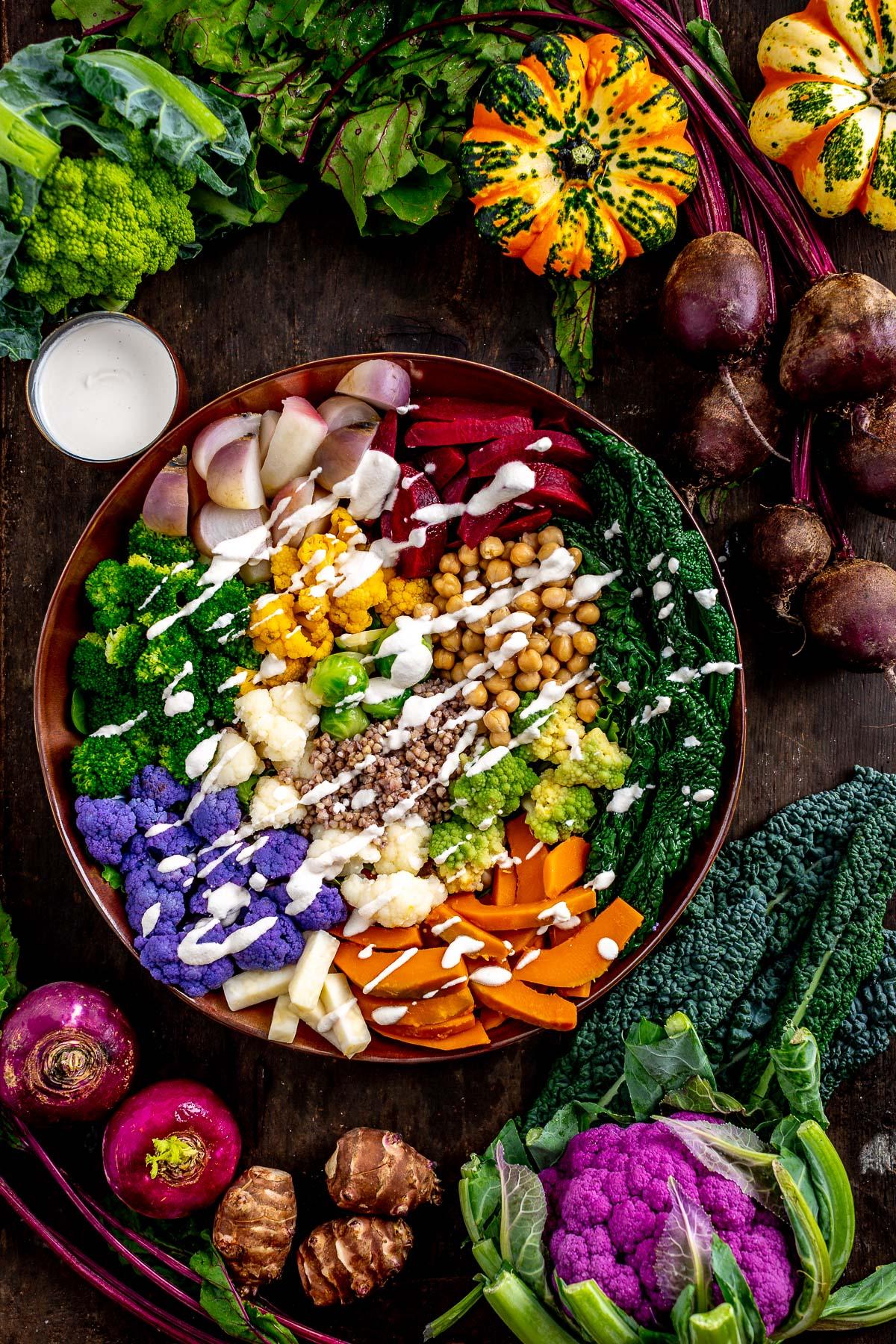 Buddha bowl autunnale insalata di verdure al vapore e aioli senza uova