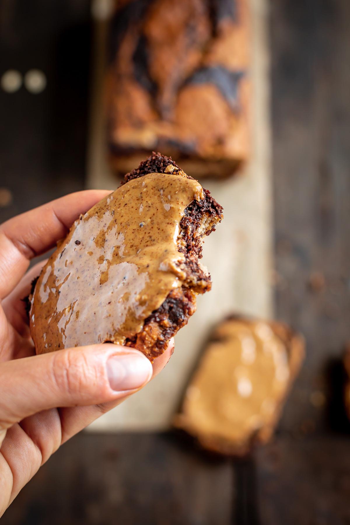 ricetta BANANA BREAD VEGAN SENZA GLUTINE MARMORIZZATO variegato al CACAO con avena e mandorle senza zucchero VEGAN GLUTEN FREE MARBLED BANANA BREAD with almonds oats maple syrup
