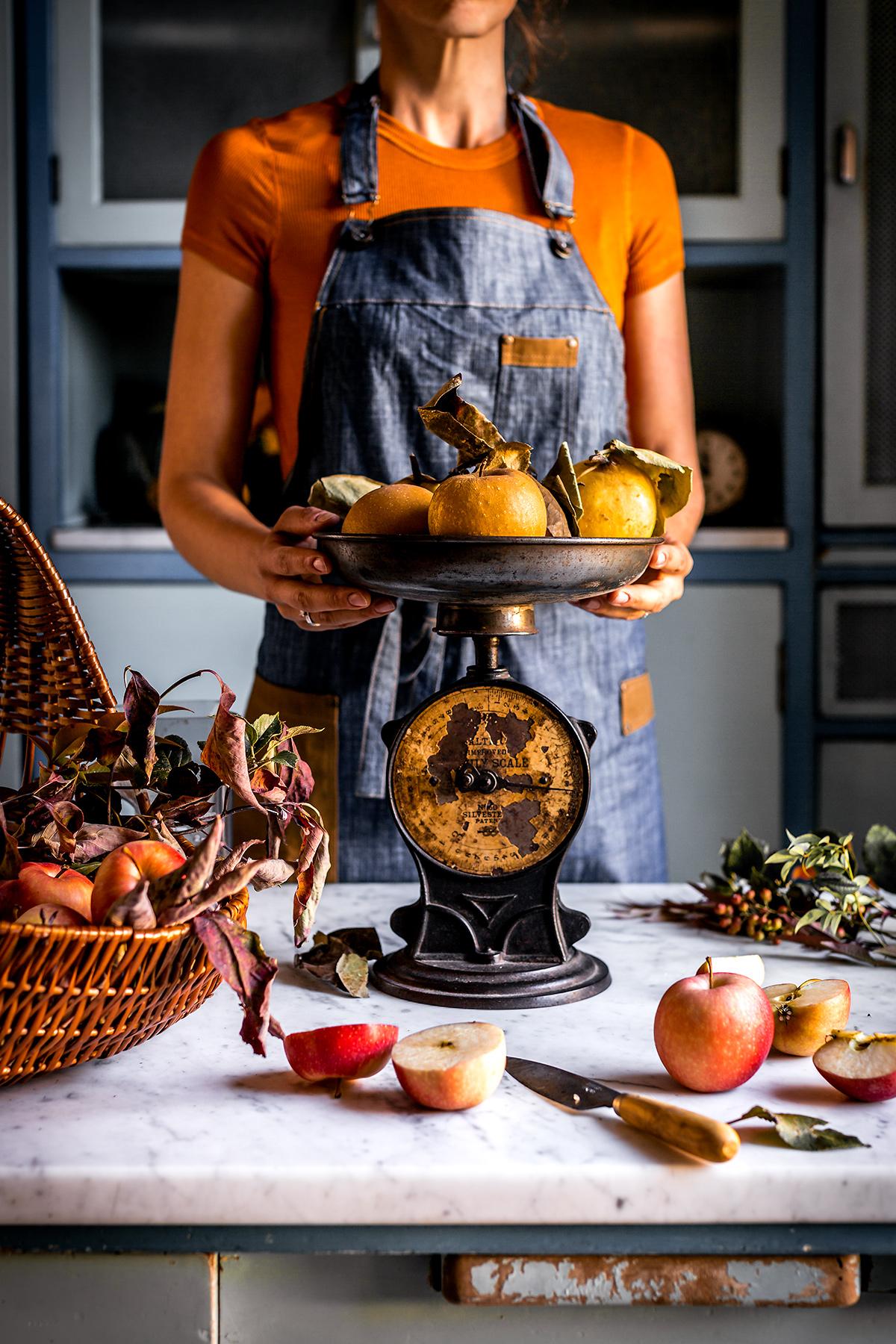 FOOD PHOTOGRAPHY ricetta PANCAKES VEGAN di GRANO SARACENO e MELE SENZA GLUTINE con mele caramellate cranberry e datteri gluten-free VEGAN APPLE BUCKWHEAT PANCAKES