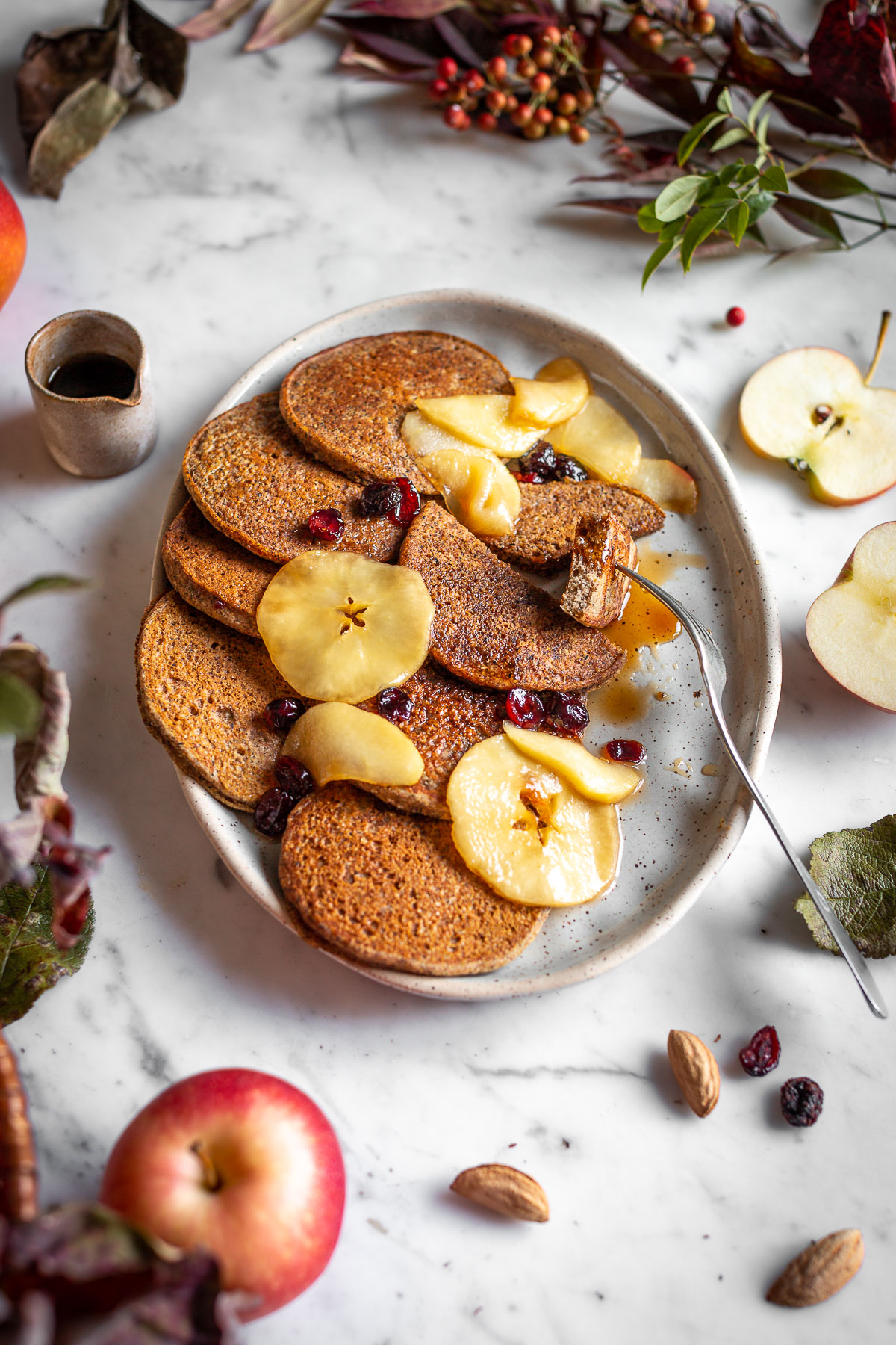 gluten-free VEGAN APPLE BUCKWHEAT PANCAKES recipe with caramelized apples and cranberries ricetta PANCAKES VEGAN di GRANO SARACENO e MELE SENZA GLUTINE con mele caramellate cranberry datteri