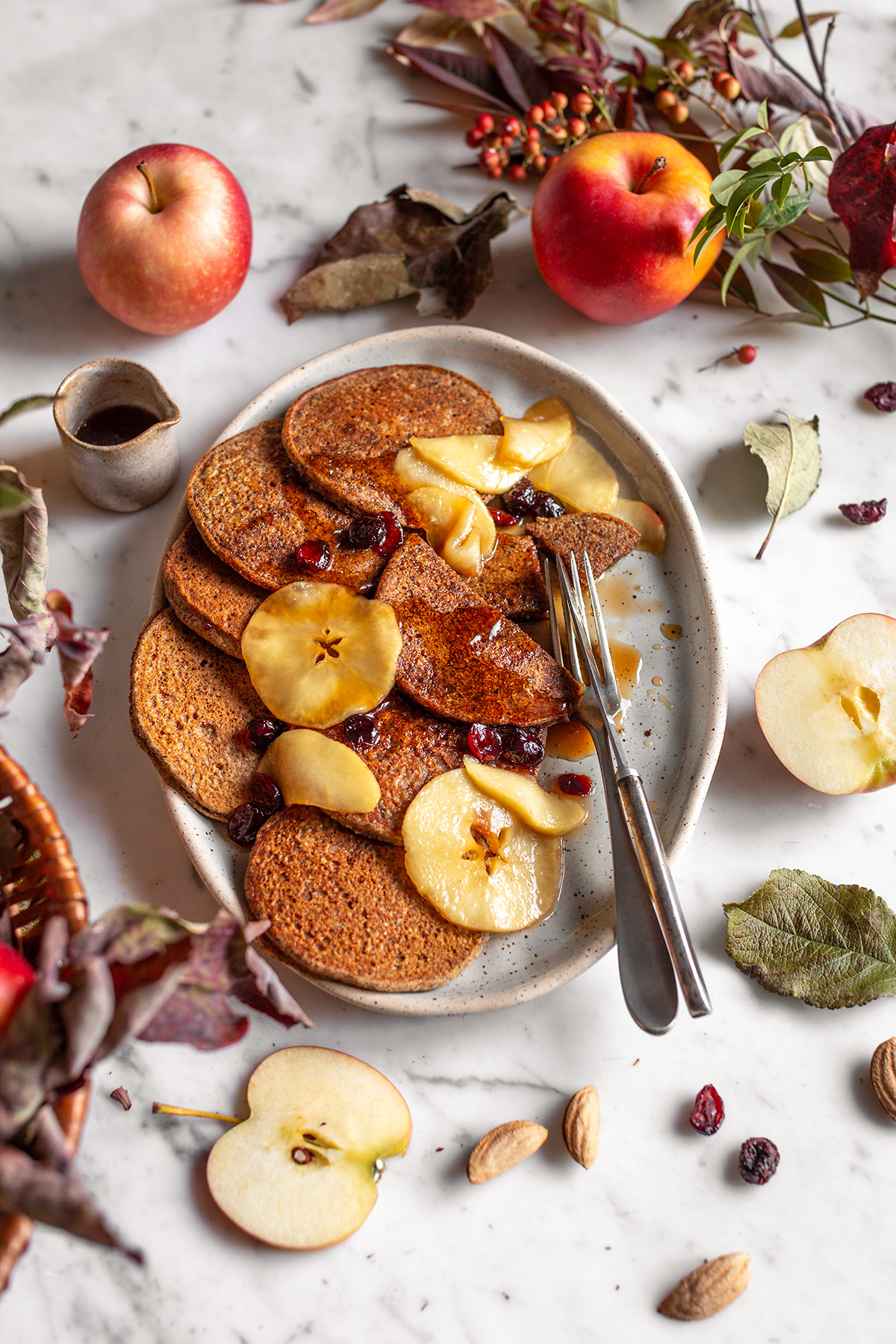 gluten-free VEGAN APPLE BUCKWHEAT PANCAKES recipe with caramelized apples and cranberries ricetta PANCAKES VEGAN di GRANO SARACENO e MELE SENZA GLUTINE con mele caramellate cranberry e datteri