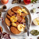 gluten-free VEGAN APPLE BUCKWHEAT PANCAKES with caramelized apples and cranberries ricetta PANCAKES VEGAN di GRANO SARACENO e MELE SENZA GLUTINE con mele caramellate cranberry e datteri
