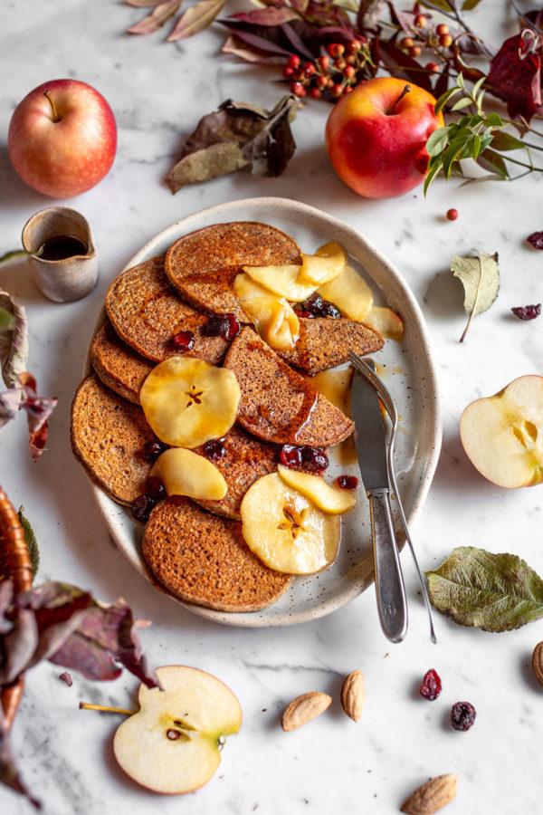 gluten-free VEGAN APPLE BUCKWHEAT PANCAKES with caramelized apples and cranberries ricetta PANCAKES VEGAN di GRANO SARACENO e MELE SENZA GLUTINE con mele caramellate cranberry e datteri