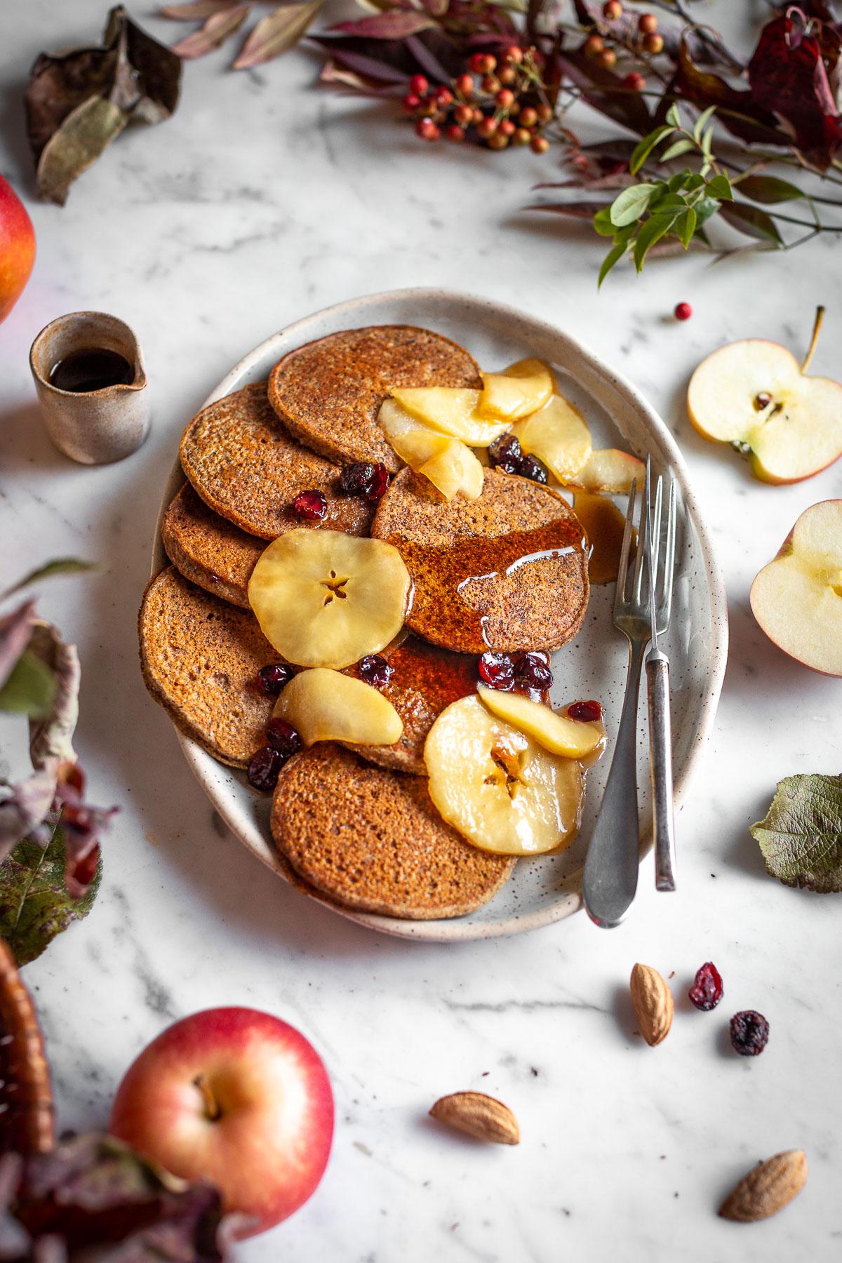 ricetta PANCAKES VEGAN di GRANO SARACENO e MELE SENZA GLUTINE SENZA ZUCCHERO con mele caramellate e datteri gluten-free VEGAN APPLE BUCKWHEAT PANCAKES with caramelized apples recipe