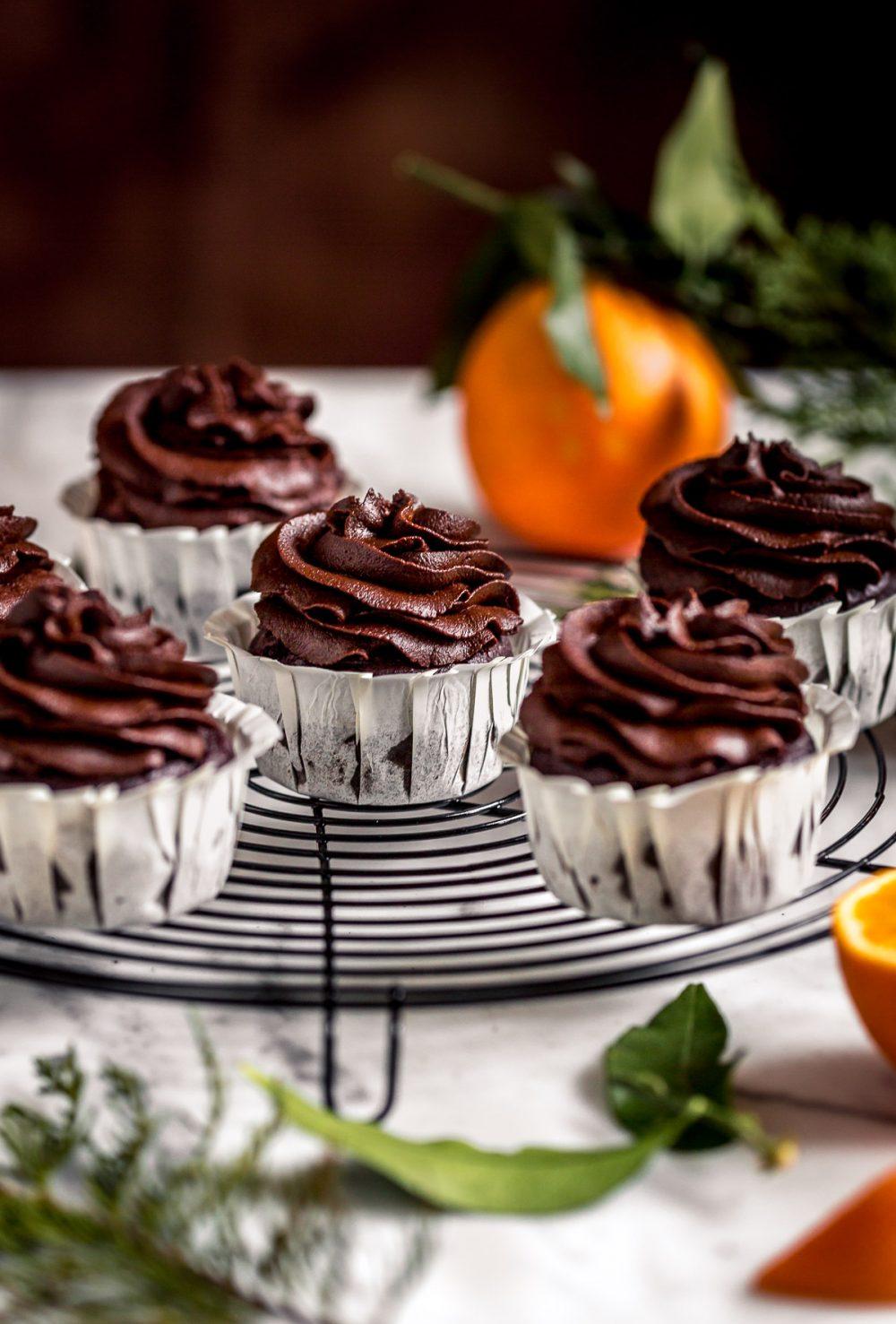vegan chocolate pumpkin cupcakes with orange and date chocolate frosting CUPCAKES VEGAN al CIOCCOLATO ARANCIA e ZUCCA con mousse al cioccolato datteri e zucca senza zucchero