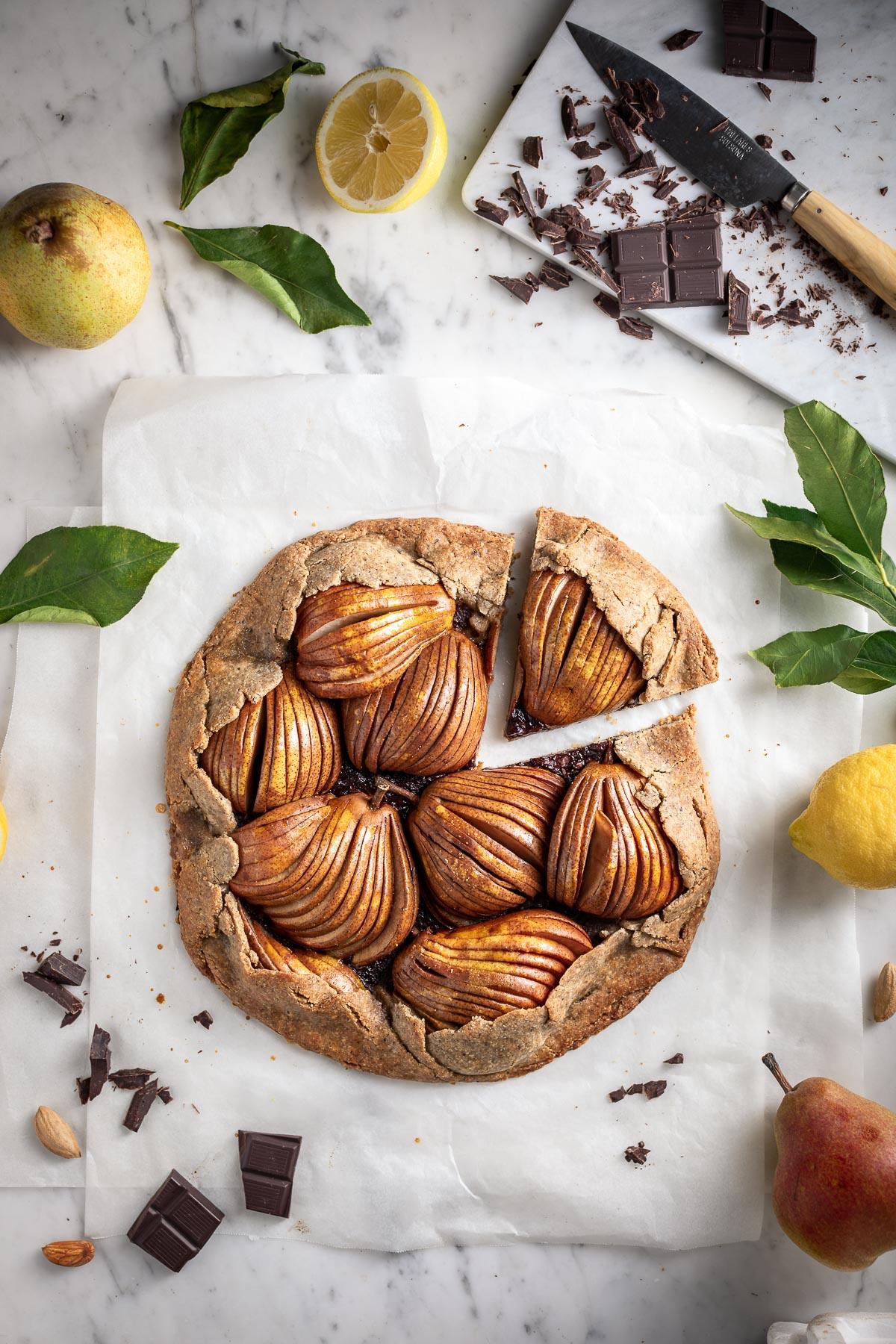 Crostata Galette al cioccolato e pere vegan senza glutine pasta frolla grano saraceno e mandorle Gluten free Buckwheat Almond Vegan Chocolate Pear Galette recipe #pear #chocolate