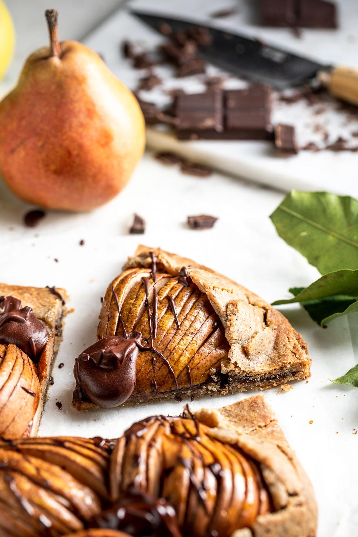 Gluten-free Buckwheat Almond Vegan Chocolate Pear Galette recipe ricetta Galette al cioccolato e pere vegan senza glutine crostata grano saraceno e mandorle #chococlate #pear #glutenfree