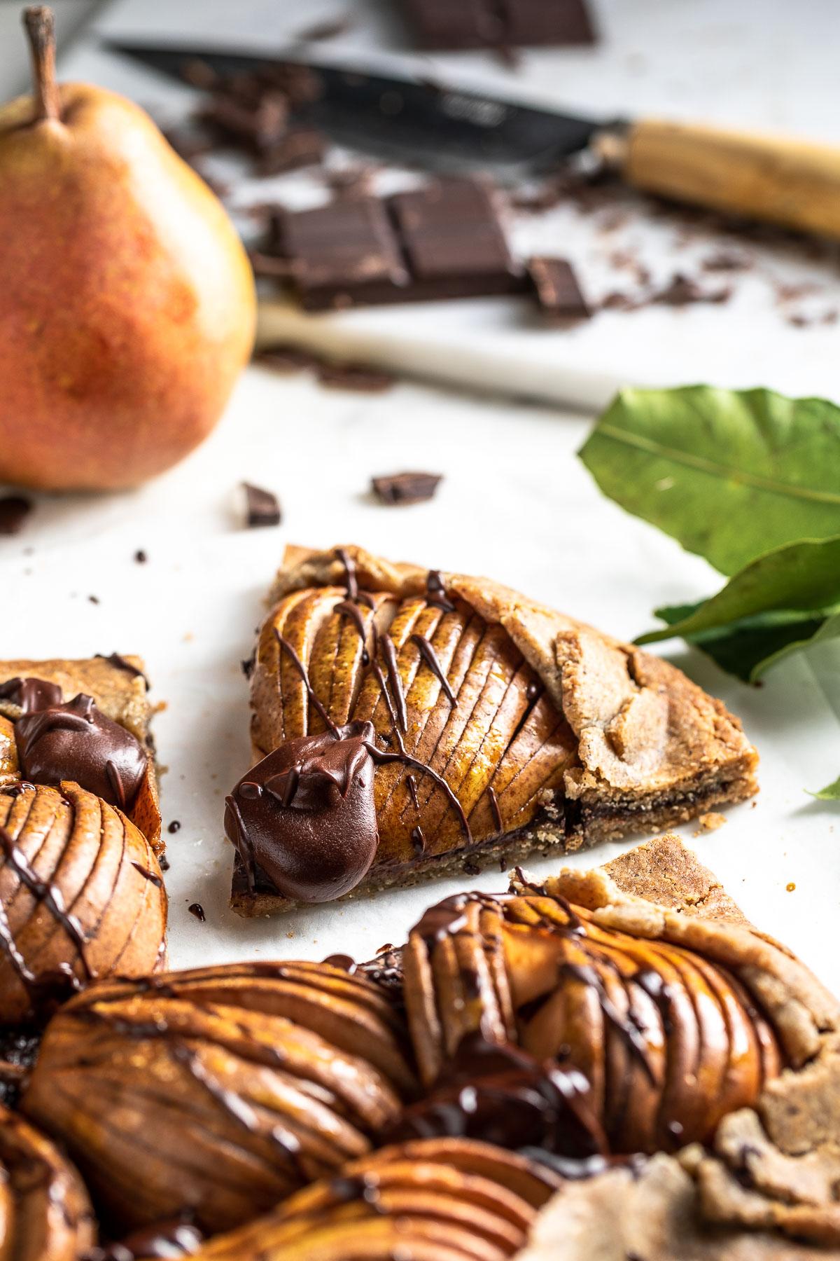 Gluten-free Vegan Chocolate Pear Galette recipe ricetta Galette al cioccolato e pere vegan senza glutine crostata grano saraceno e mandorle #vegan #chococlate #pear #glutenfree