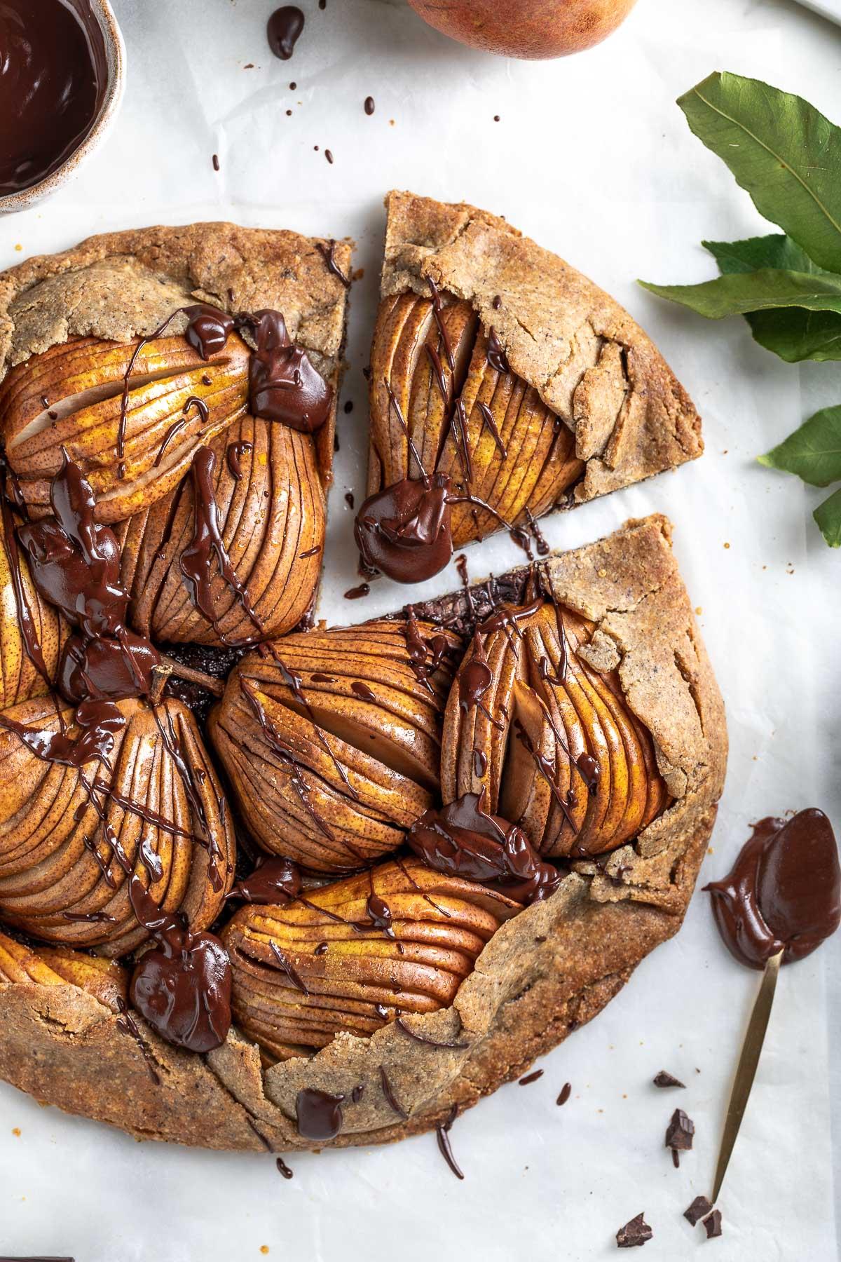 Gluten-free Buckwheat Almond Vegan Chocolate Pear Galette recipe Galette al cioccolato e pere vegan senza glutine crostata pasta frolla grano saraceno e mandorle #pear #chocolate #vegan #glutenfree