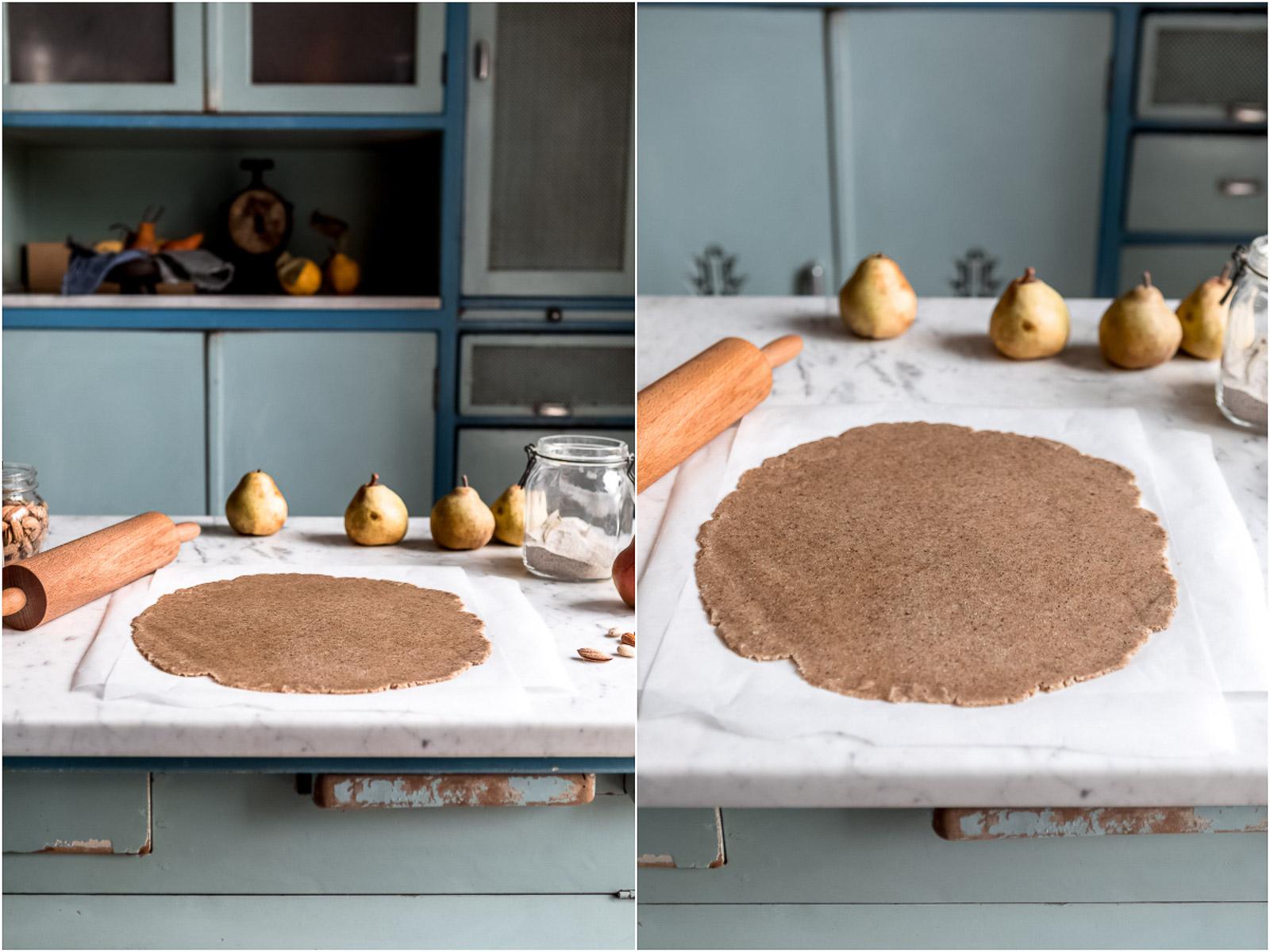 ricetta Galette al cioccolato e pere pasta frolla al grano saraceno e mandorle vegan senza glutine gluten-free Vegan Chocolate Pear Galette tart with buckwheat flour and almonds