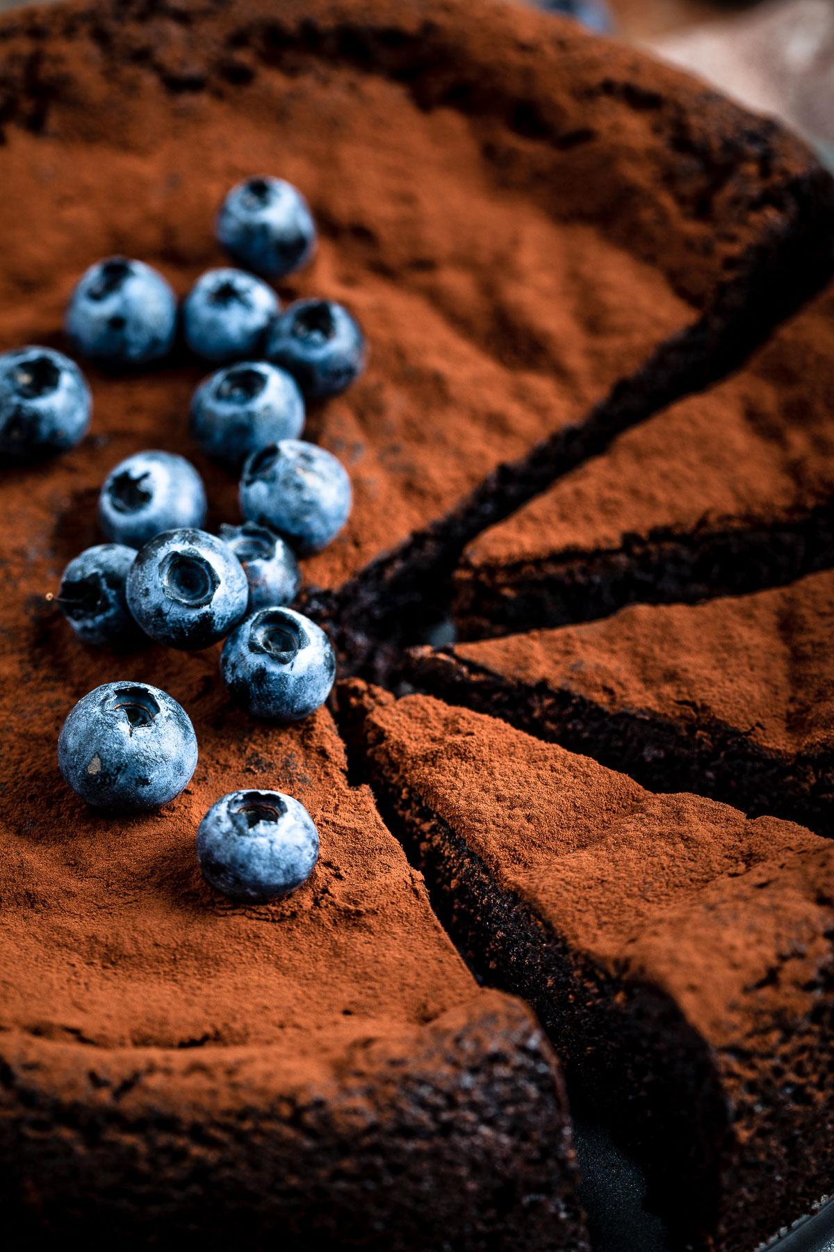 TORTA al CIOCCOLATO e MANDORLE vegan senza glutine senza farina gluten-free paleo FLOURLESS VEGAN CHOCOLATE CAKE recipe blueberry
