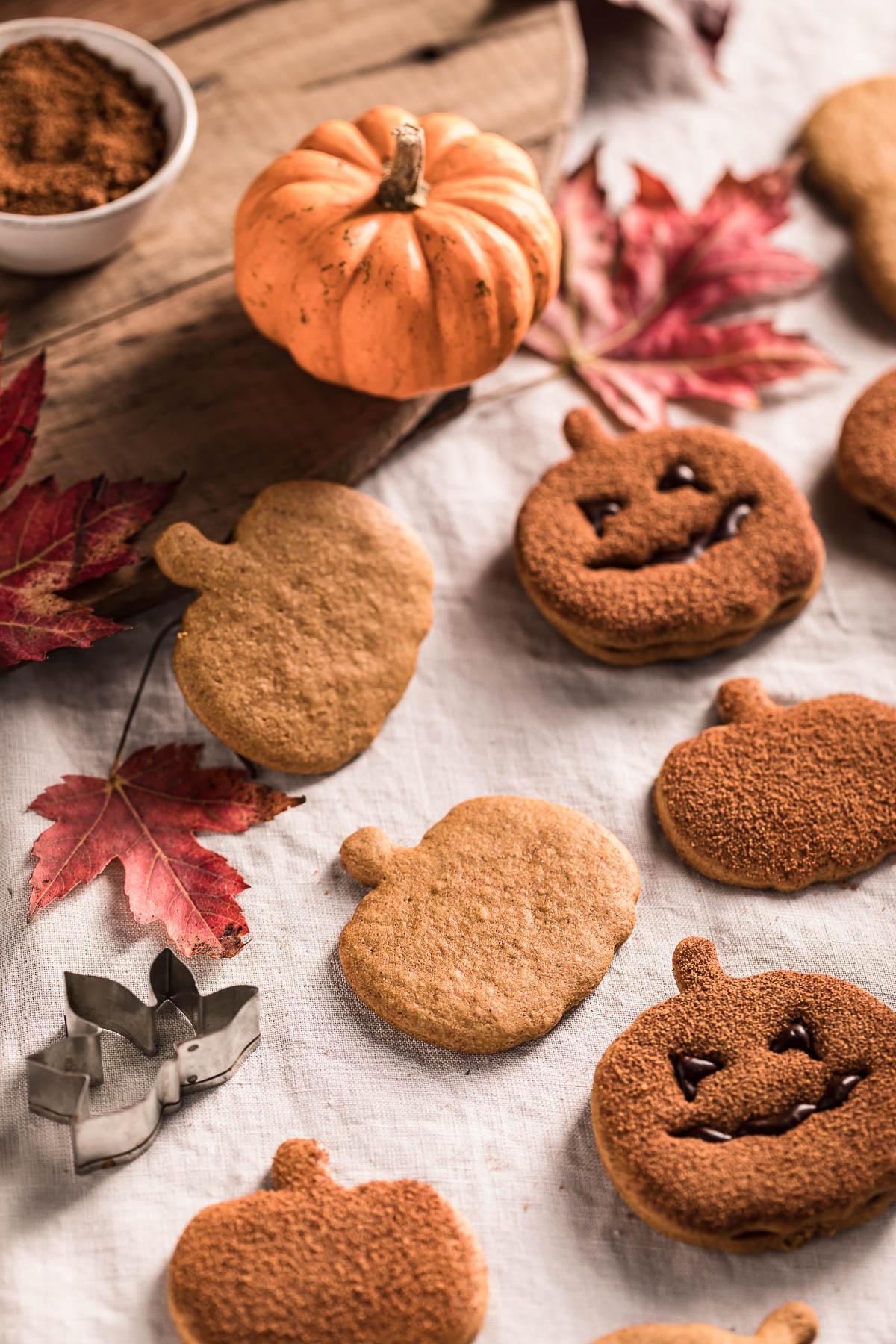 biscotti alla zucca vegan integrali senza uova senza burro ricetta frollini light vegan pumpkin cutout cookies recipe cinnamon sugar cookies