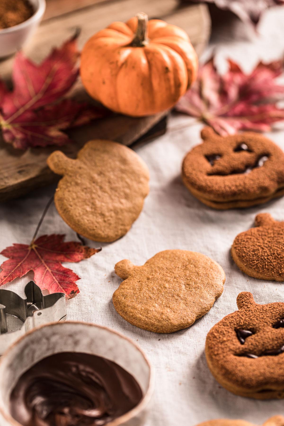 biscotti alla zucca vegan integrali senza uova senza burro ricetta frollini vegan pumpkin cutout cookies recipe cinnamon sugar Halloween cookies