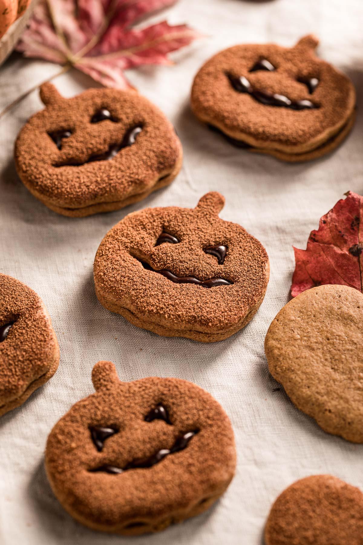 biscotti vegan alla zucca frollini integrali senza uova senza burro vegan pumpkin cutout cookies recipe cinnamon sugar Halloween cookies Jack O Lantern