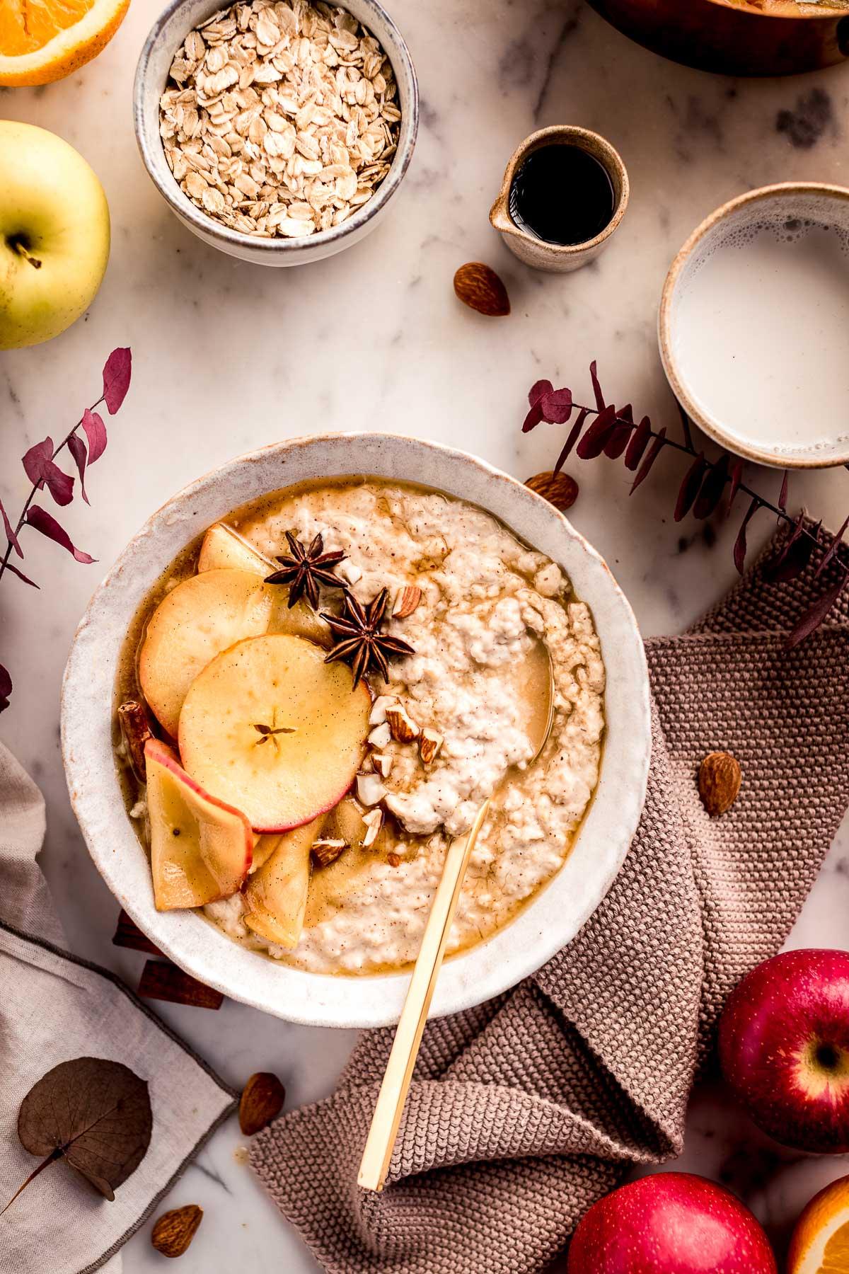healthy creamy apple pie oatmeal recipe gluten-free ricetta porridge alle mele cremoso vegan senza glutine porridge torta di mele