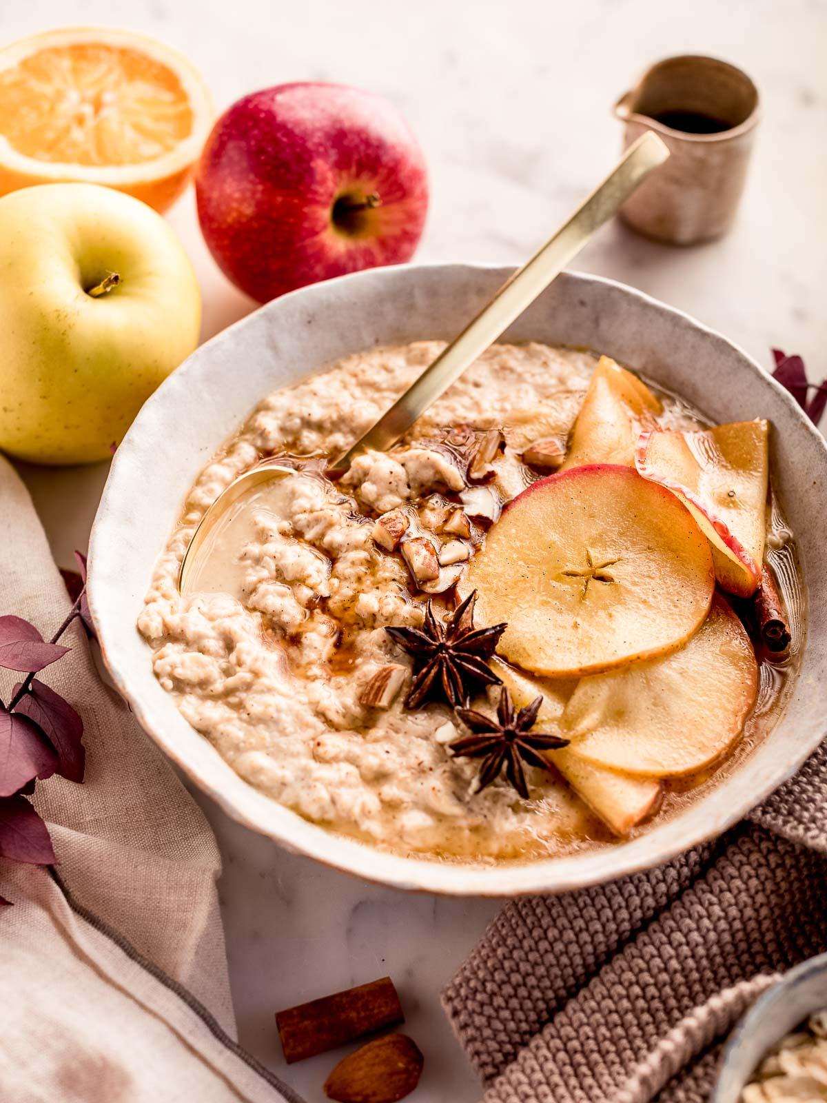 light delicious creamy apple pie oatmeal recipe gluten-free ricetta porridge alle mele e cannella cremoso porridge torta di mele sano vegan senza glutine