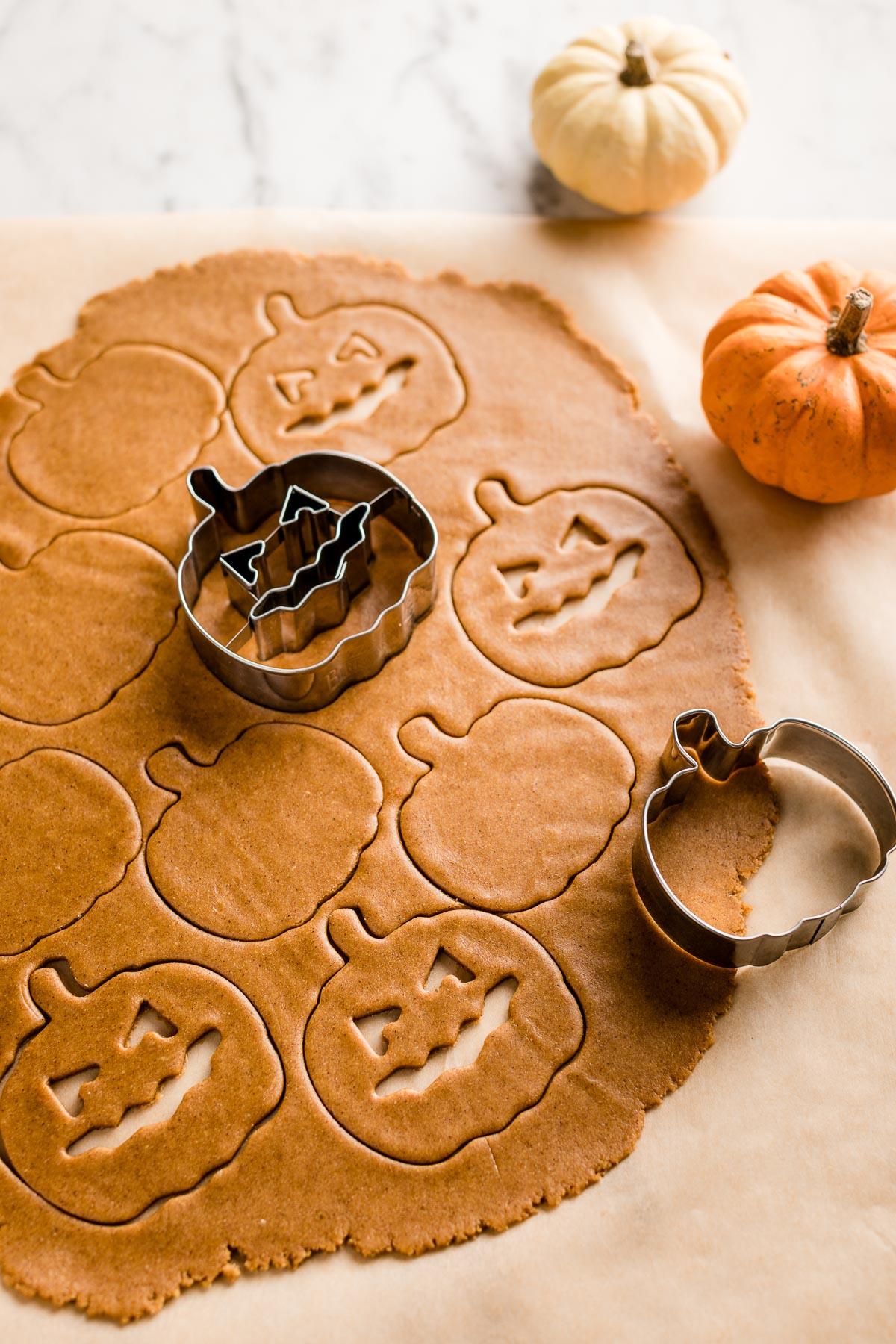 ricetta biscotti alla zucca vegan integrali senza uova senza burro vegan pumpkin cutout cookies recipe Halloween cookies