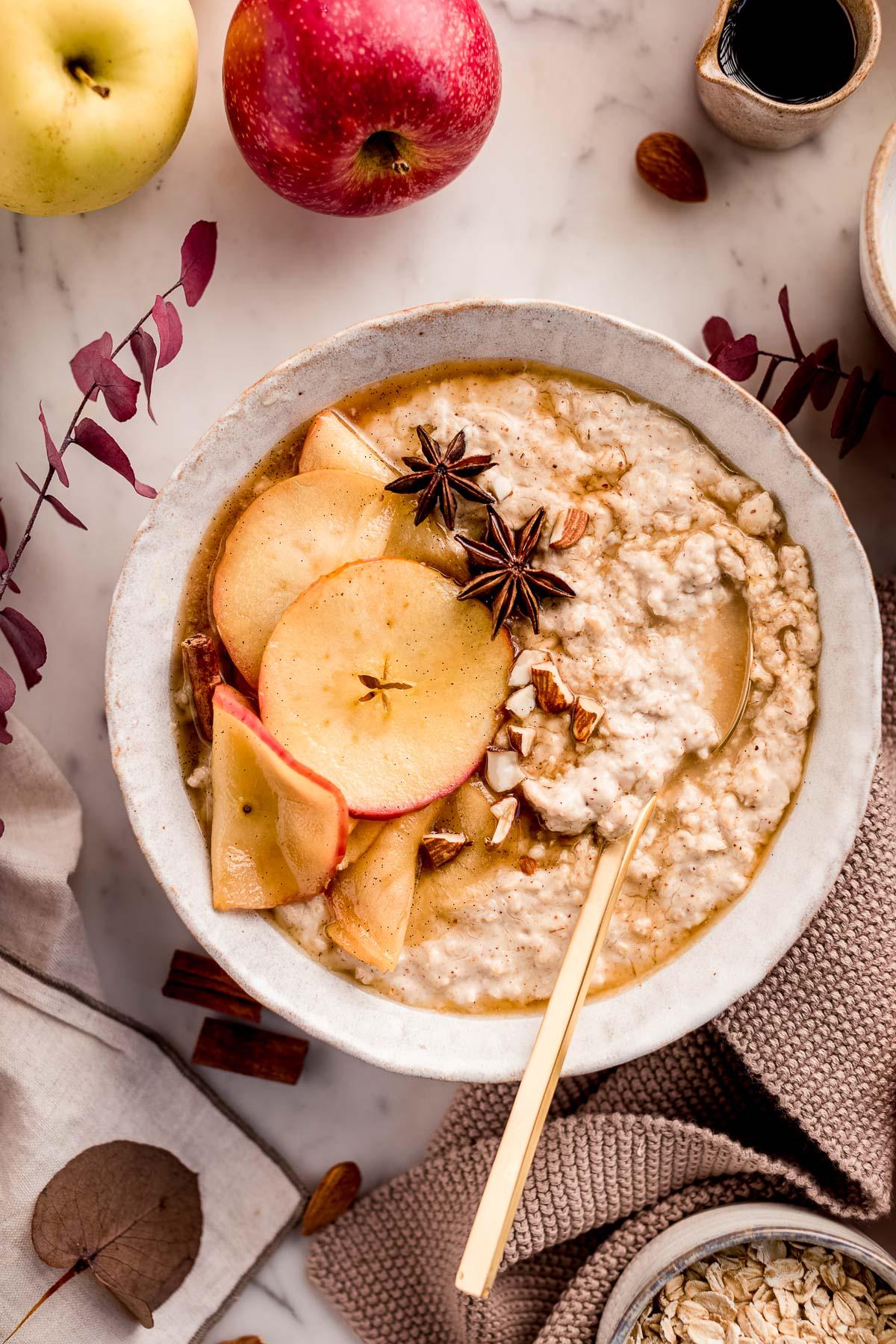 ricetta porridge alle mele cremoso vegan senza glutine porridge torta di mele heatlhy creamy apple pie oatmeal recipe gluten-free