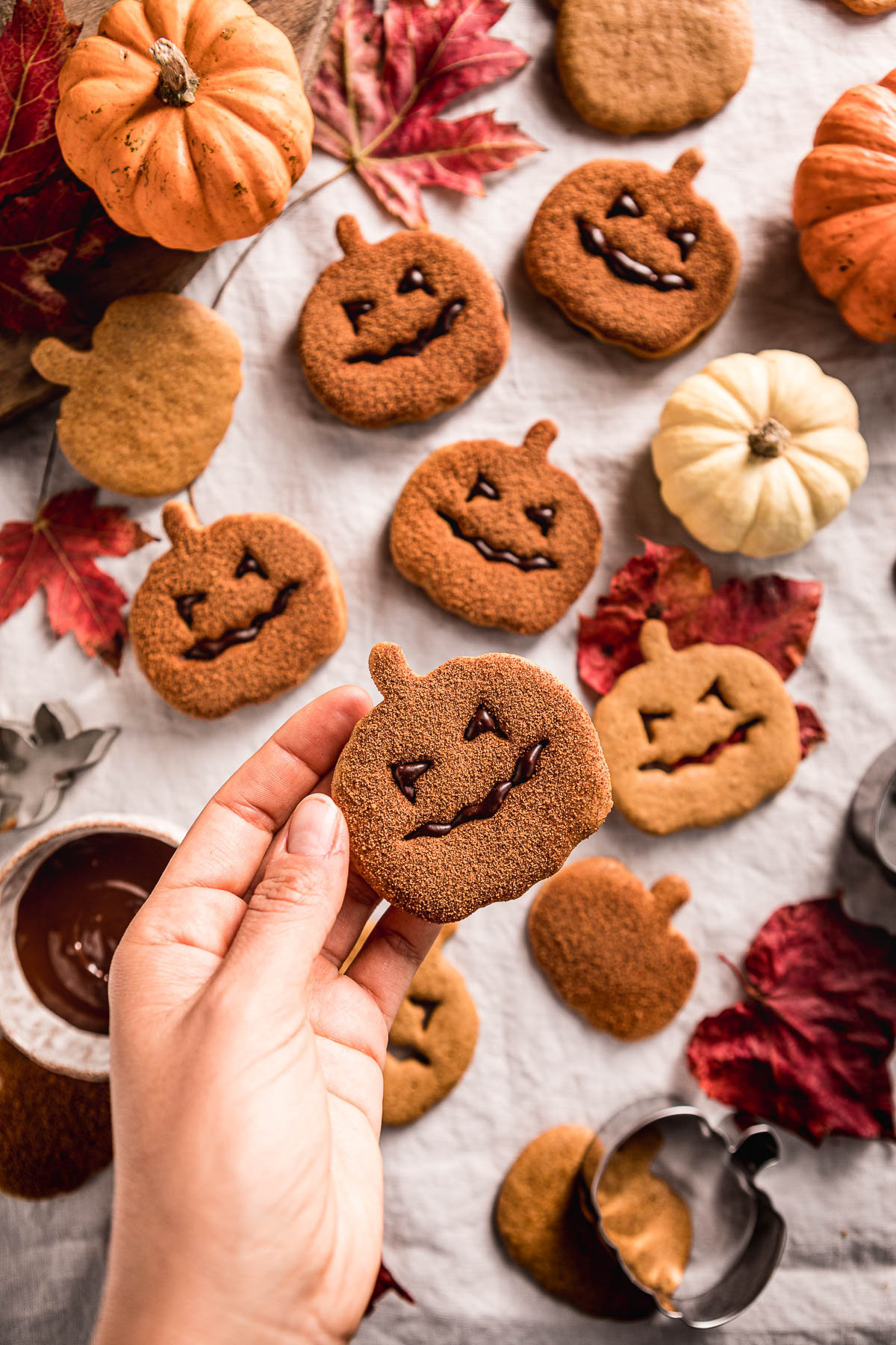 vegan pumpkin cutout cookies recipe biscotti vegan alla zucca frollini integrali senza uova senza burro cinnamon sugar Halloween cookies Jack O Lantern