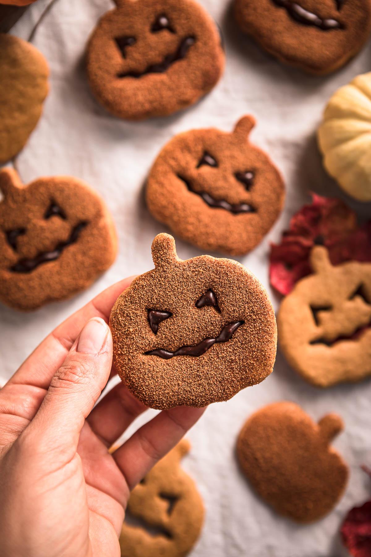vegan pumpkin cutout cookies recipe cinnamon sugar Halloween cookies Jack O Lantern biscotti vegan alla zucca frollini integrali senza uova senza burro