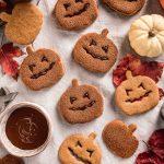 vegan pumpkin cutout cookies recipe cinnamon sugar Halloween cookies Jack O Lantern biscotti vegan alla zucca integrali senza uova senza burro