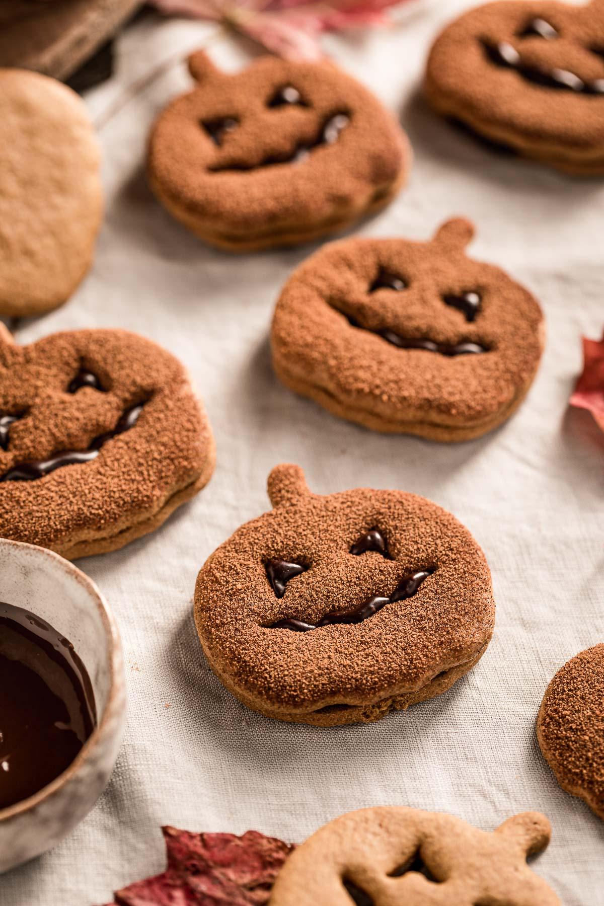 vegan pumpkin cutout cookies recipe cinnamon sugar Halloween cookies Jack O Lantern biscotti vegan alla zucca ricetta frollini alla zucca senza uova senza burro